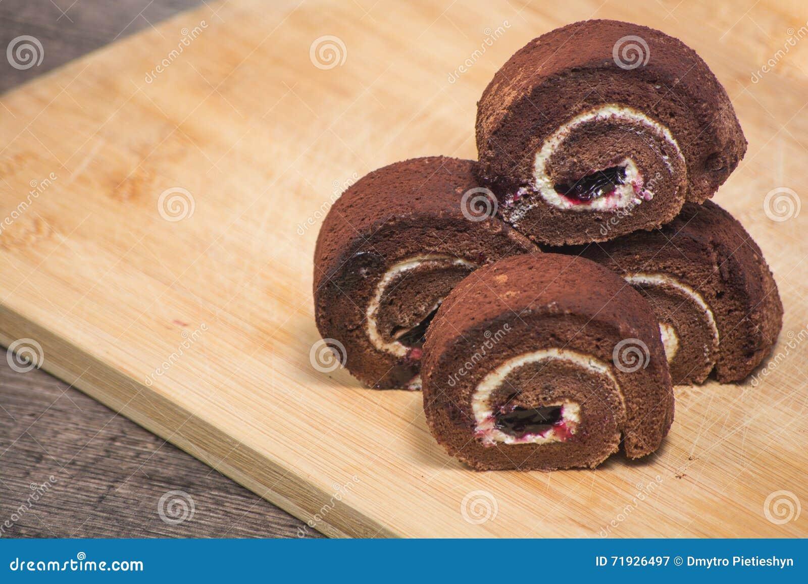 Очень вкусный крен шоколада в плите на предпосылке деревянной доски