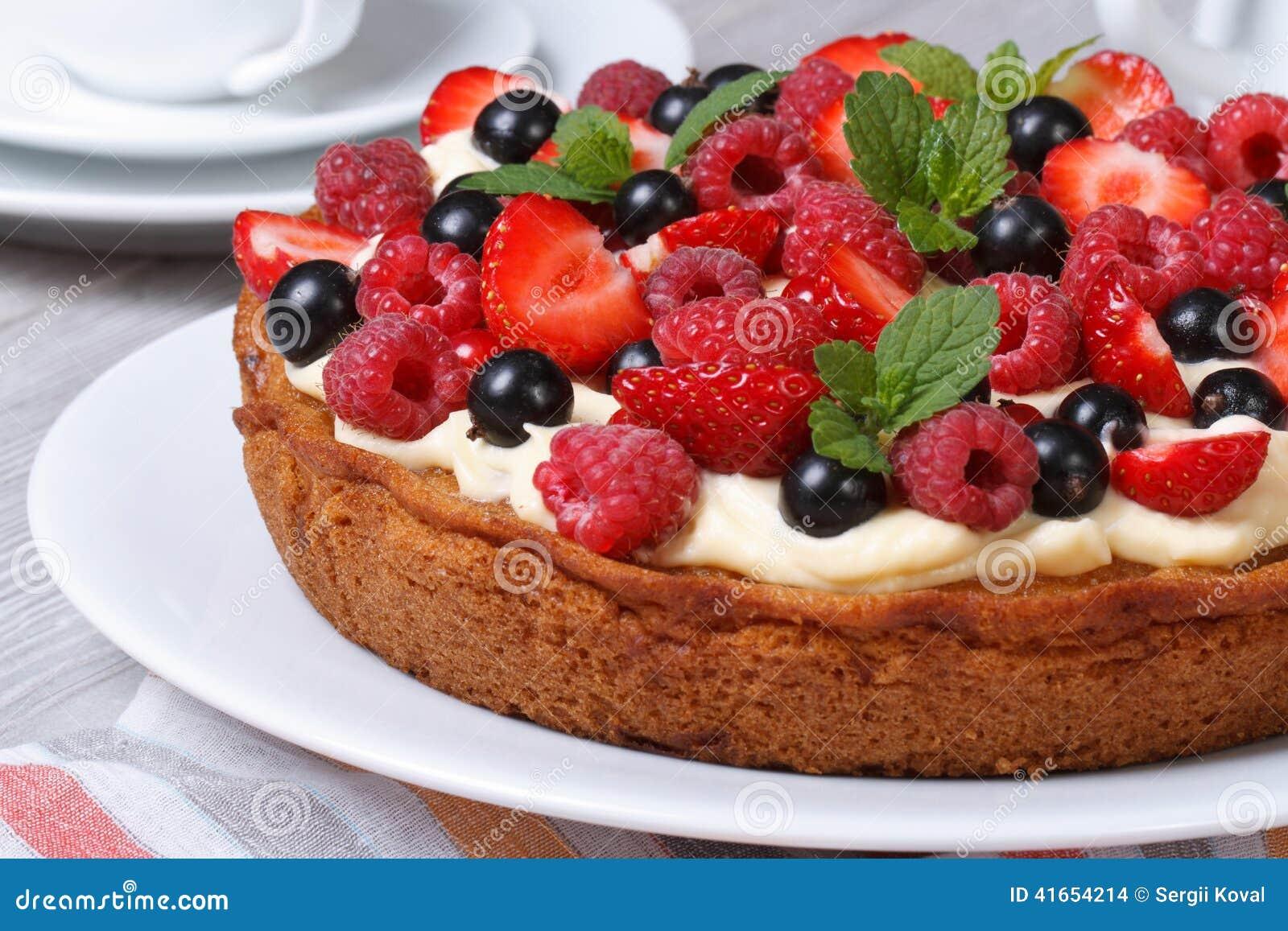 Очень вкусный пирог ягоды с клубниками, полениками, мятой