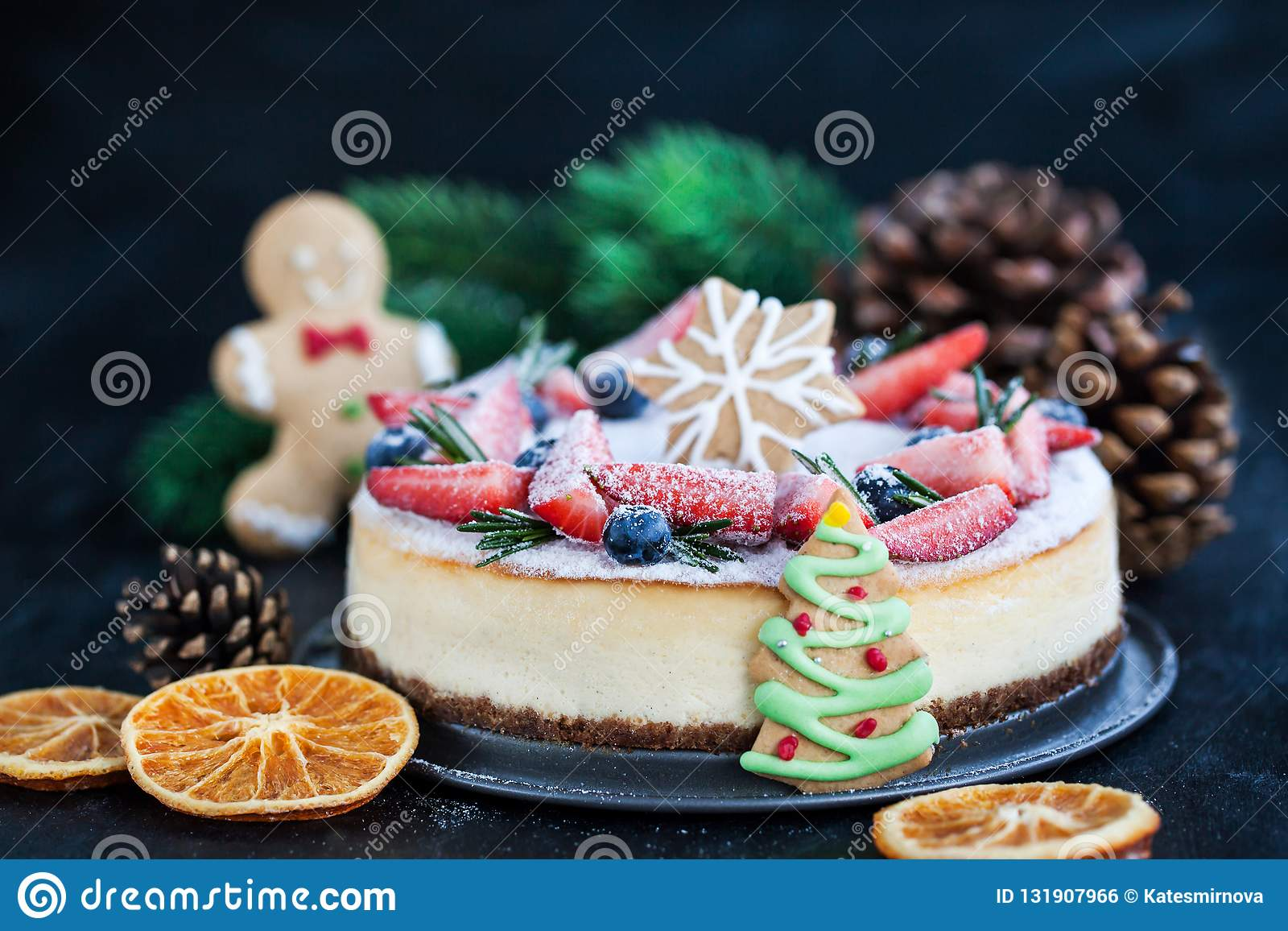 Очень вкусный чизкейк имбиря рождества с свежим decorat ягод