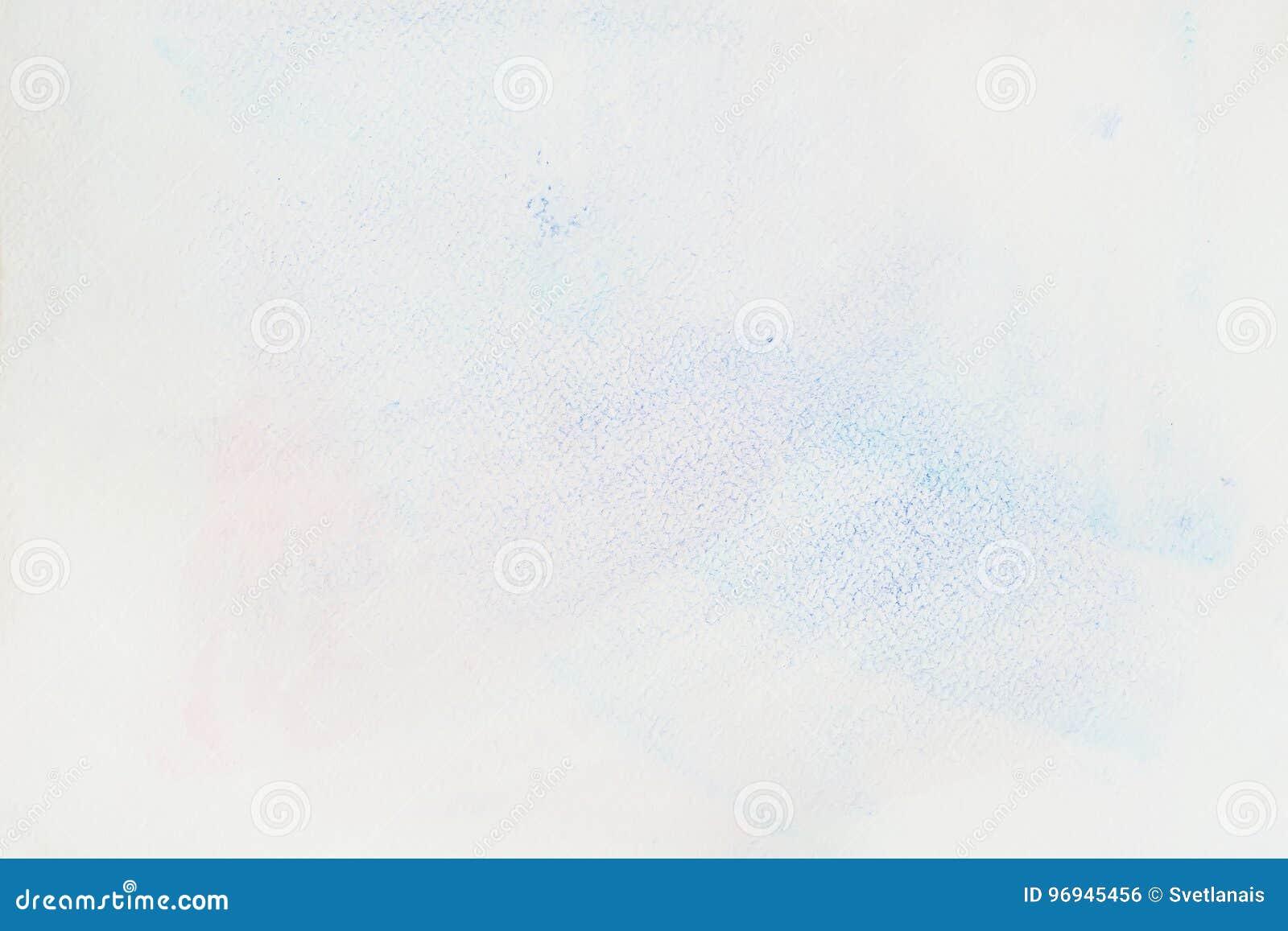 Очень мягко нарисованное вручную нежное голубое пятно акварели на белизне бумаги вод-цвета, бумажной текстуре зерна Абстрактное и