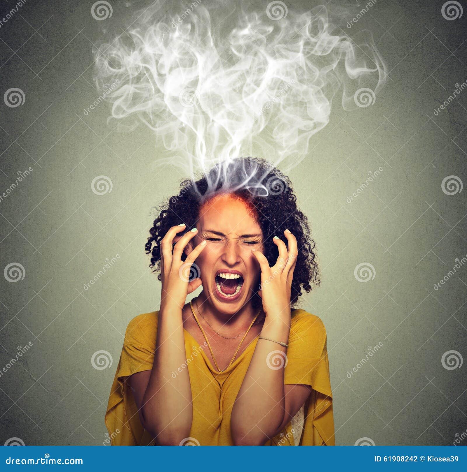 Очень сердитый помоченный дым пара женщины кричащий приходя вне вверх головы