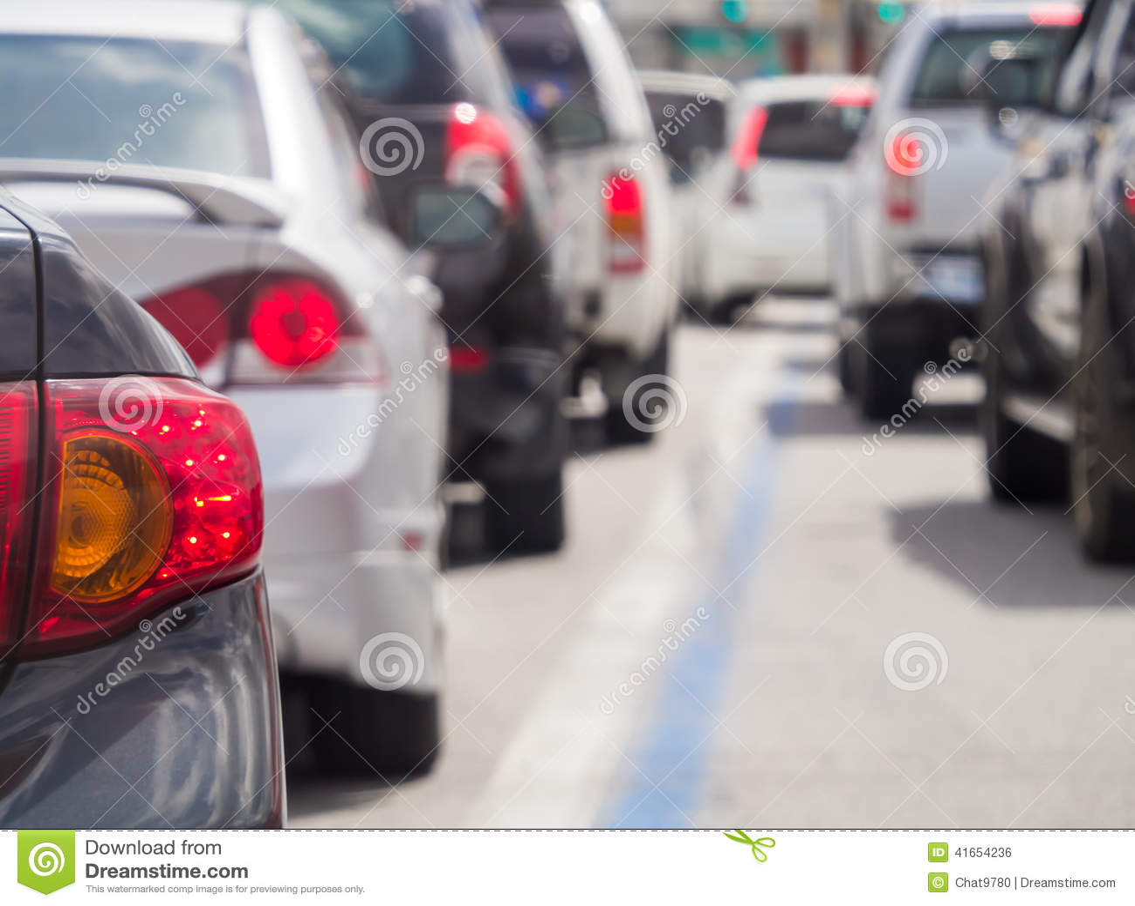 Очередь автомобиля в плохой дороге движения