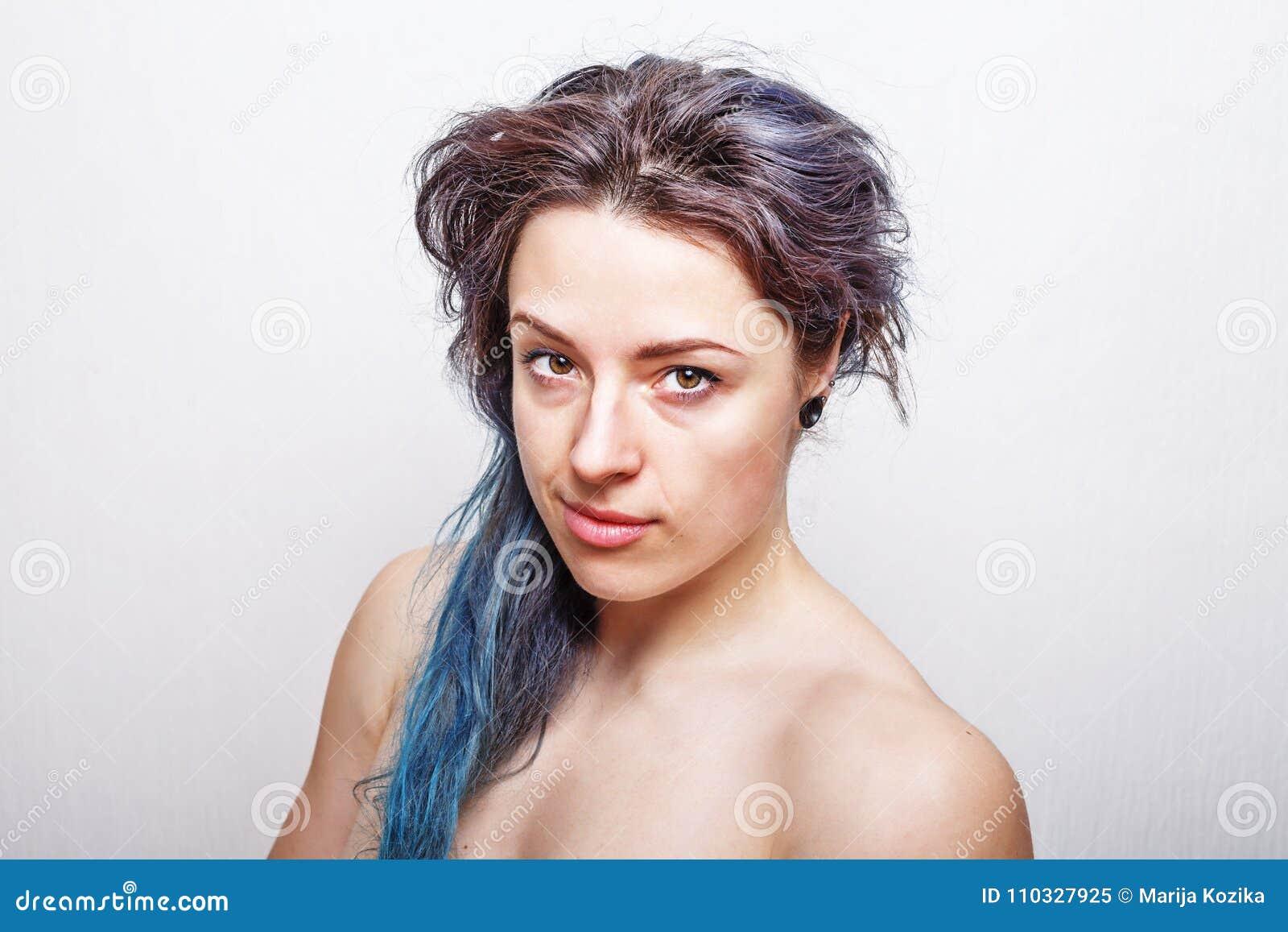 Очистите портрет годовалой женщины 30 с грязными волосами