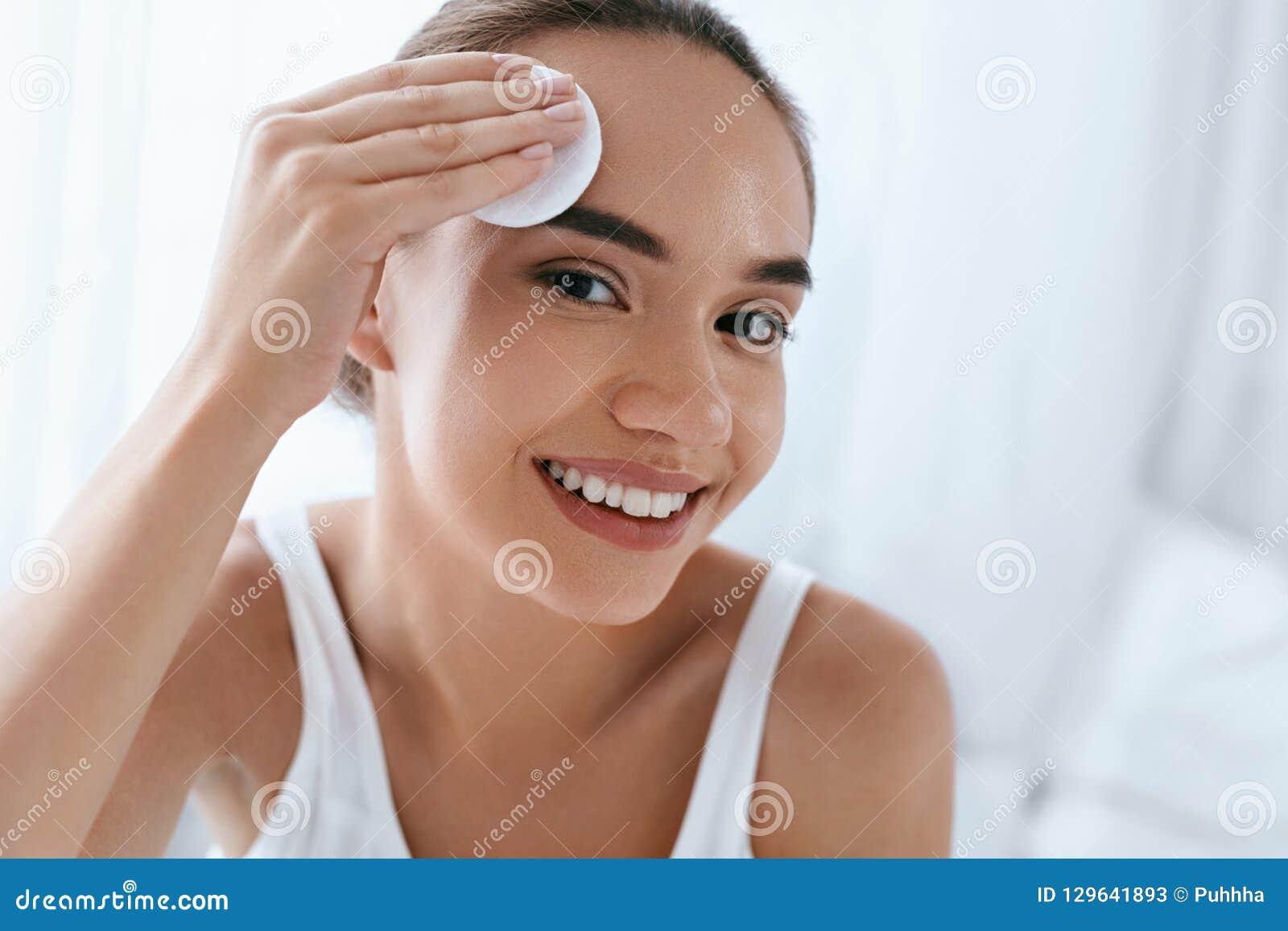 очистьте сторону Кожа красивой женщины очищая с косметической пусковой площадкой