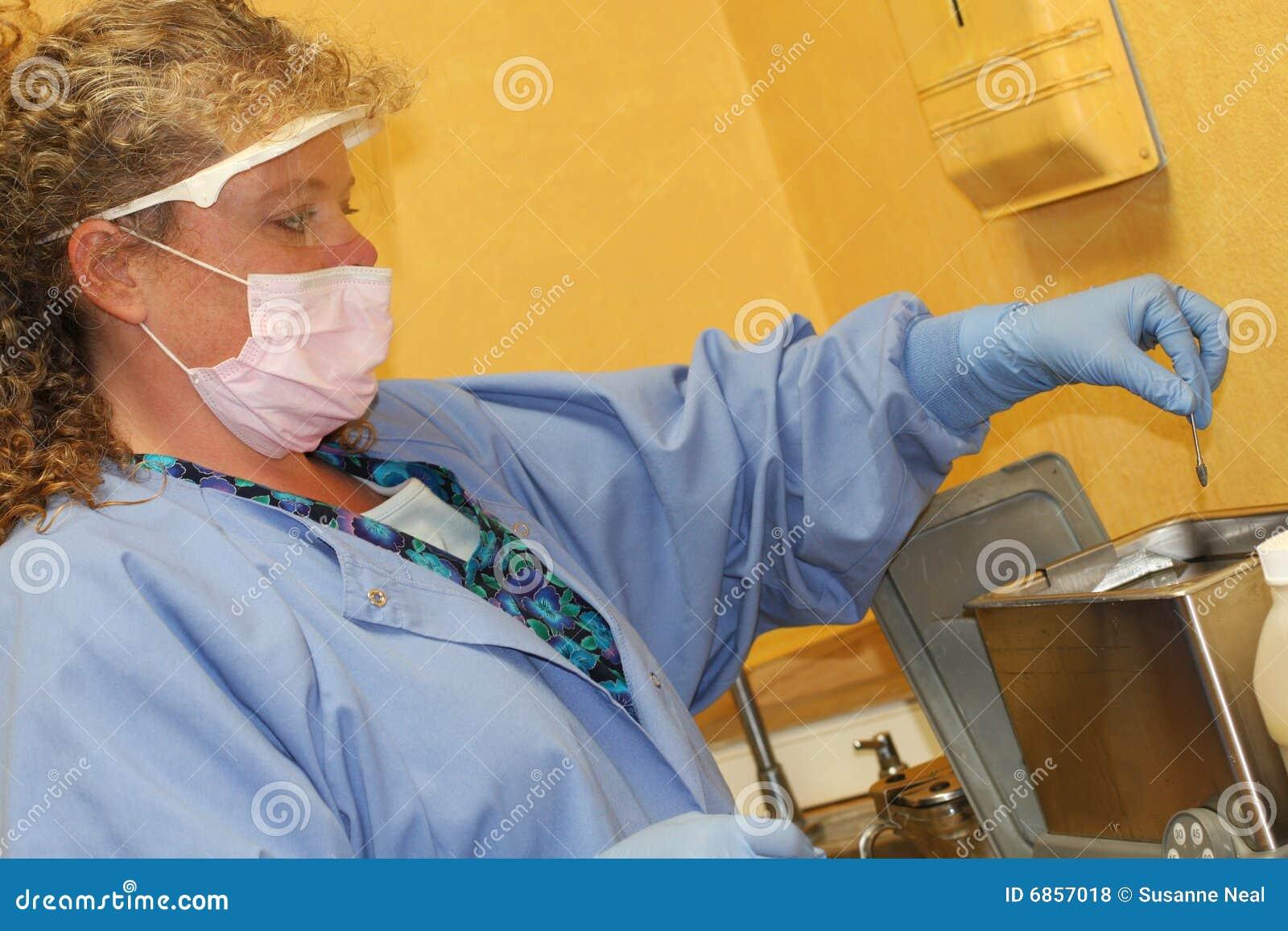 очищая зубоврачебные аппаратуры