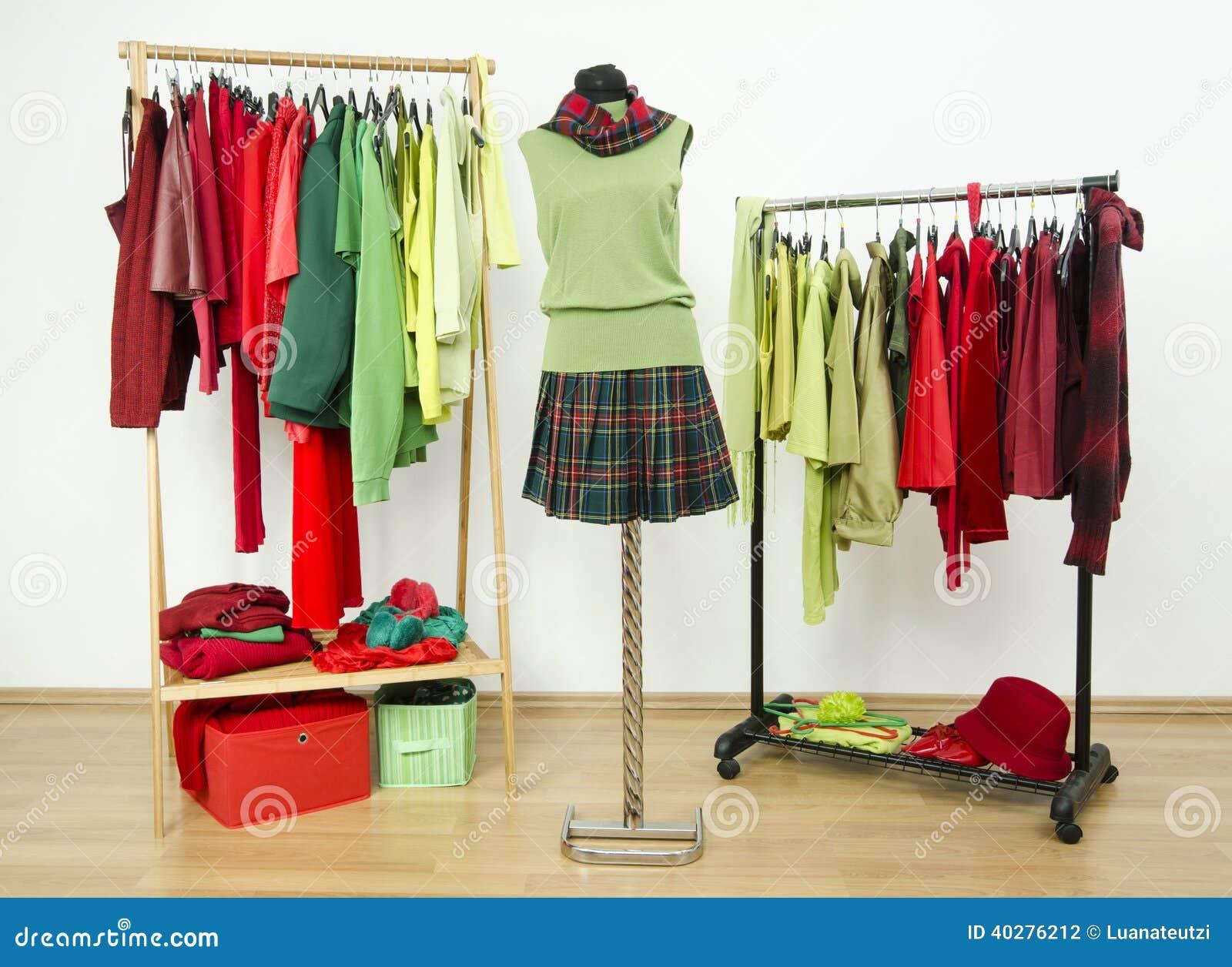 Одевающ шкаф с комплементарными цветами красными и зелеными одеждами.