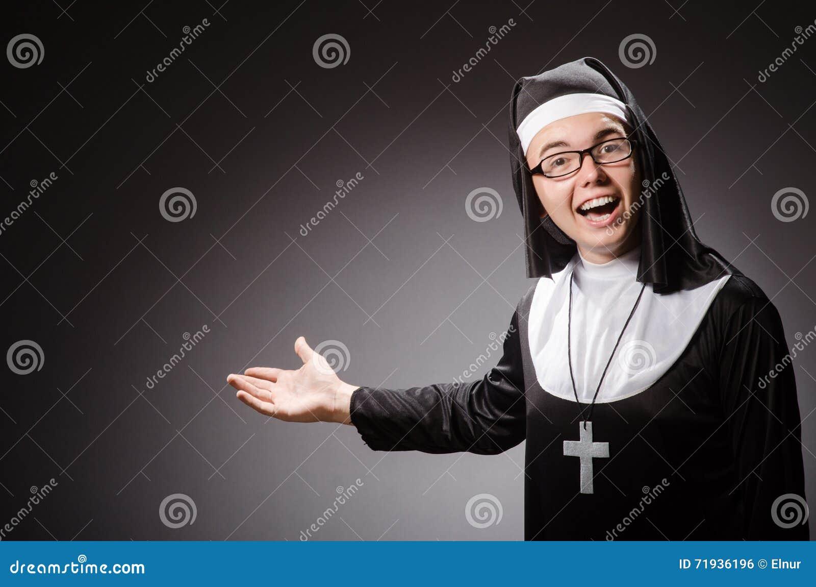 Одежда монашки смешного человека нося