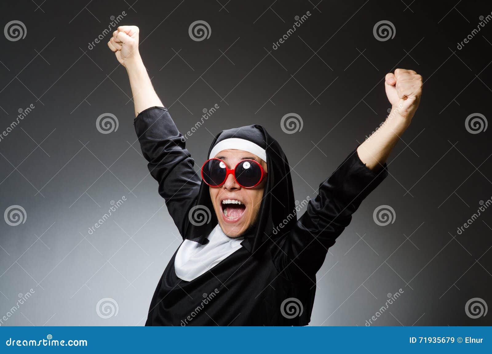 Одежда монашки человека нося в смешной концепции