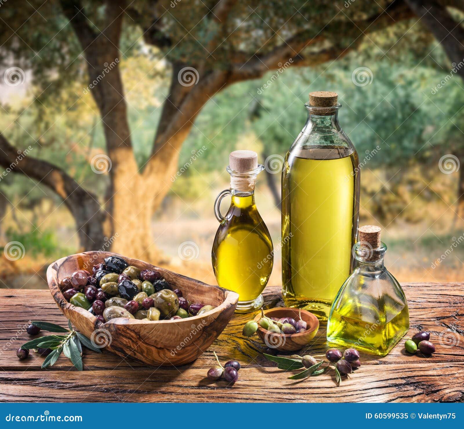 Оливки и оливковое масло в бутылке