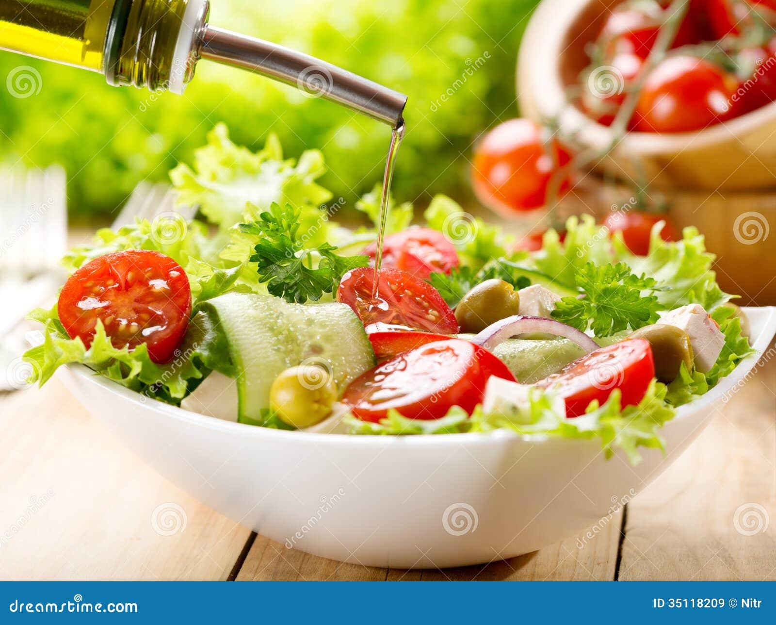 Оливковое масло лить над салатом