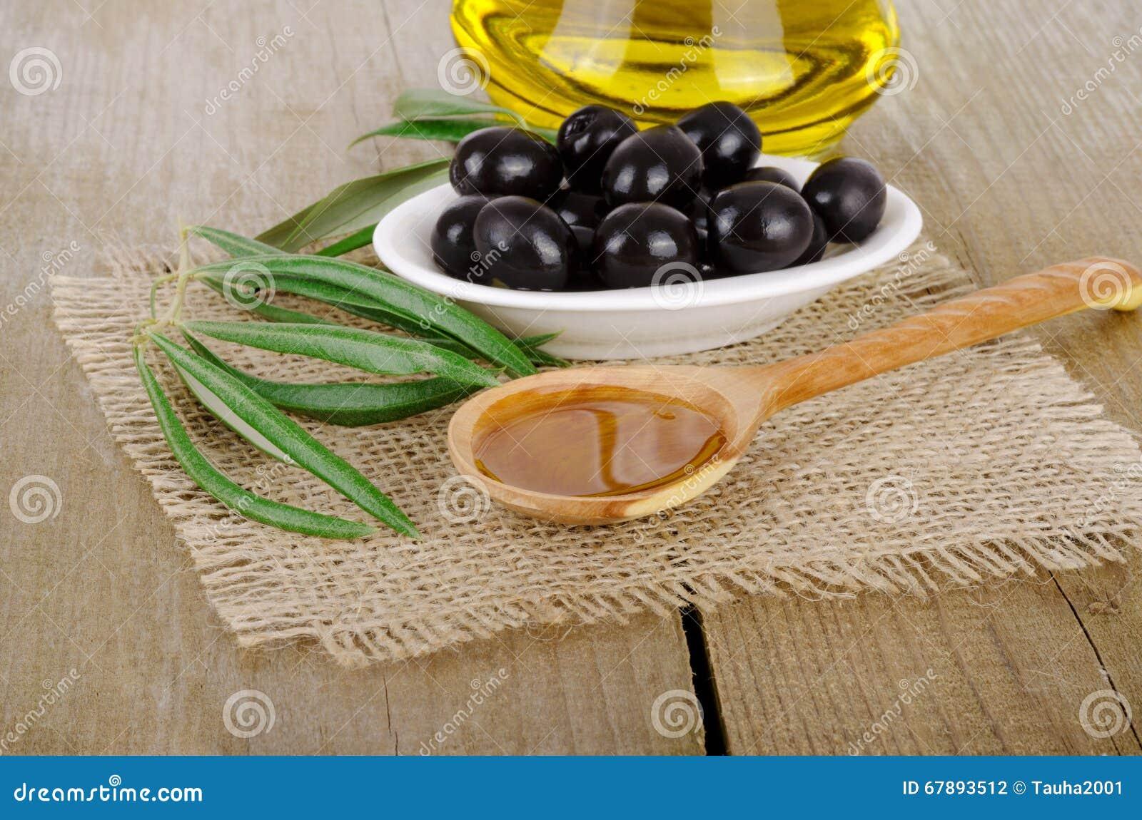 Оливковое масло на деревянном