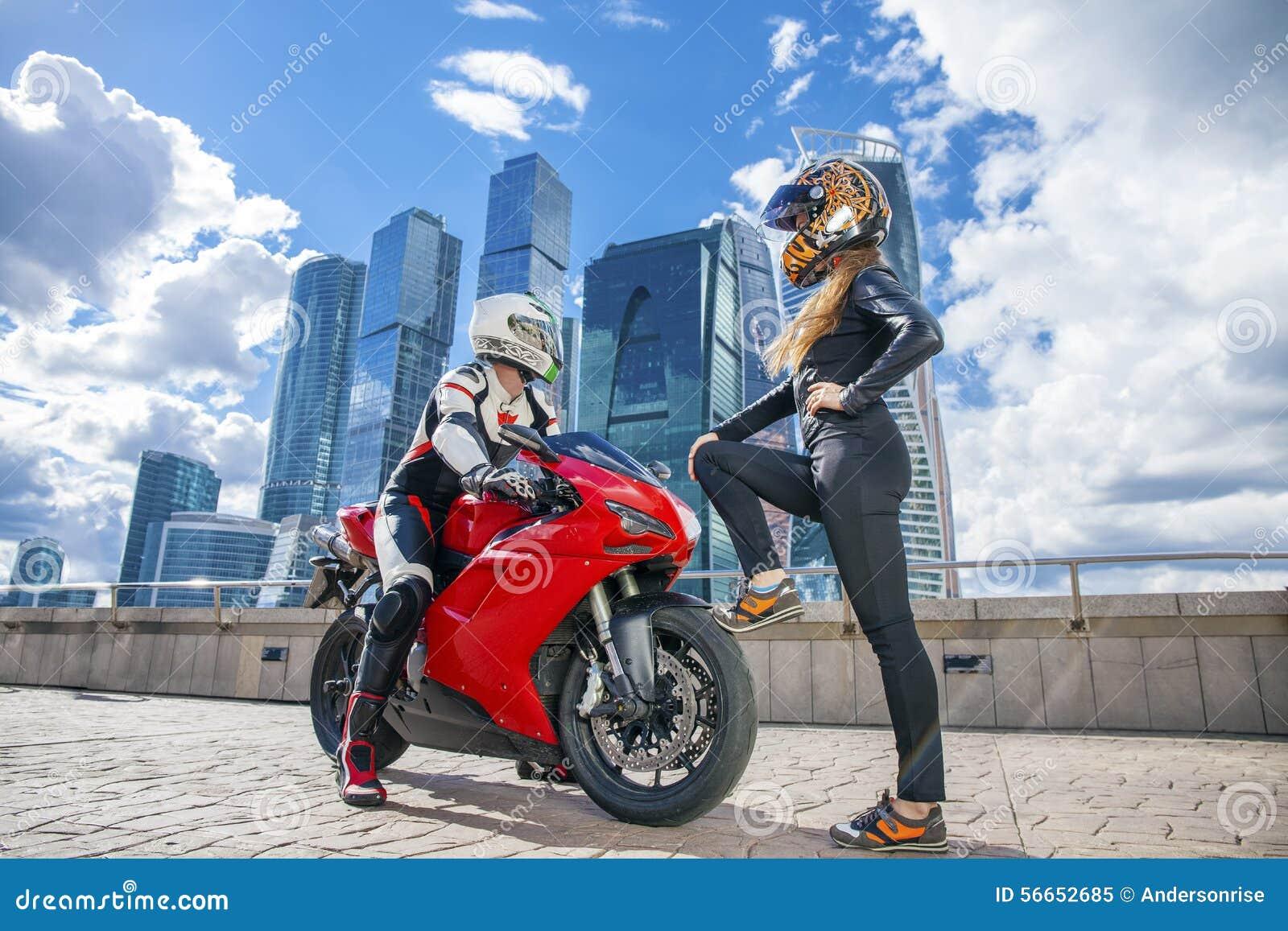 Сексуальная девушка у мотоцикла
