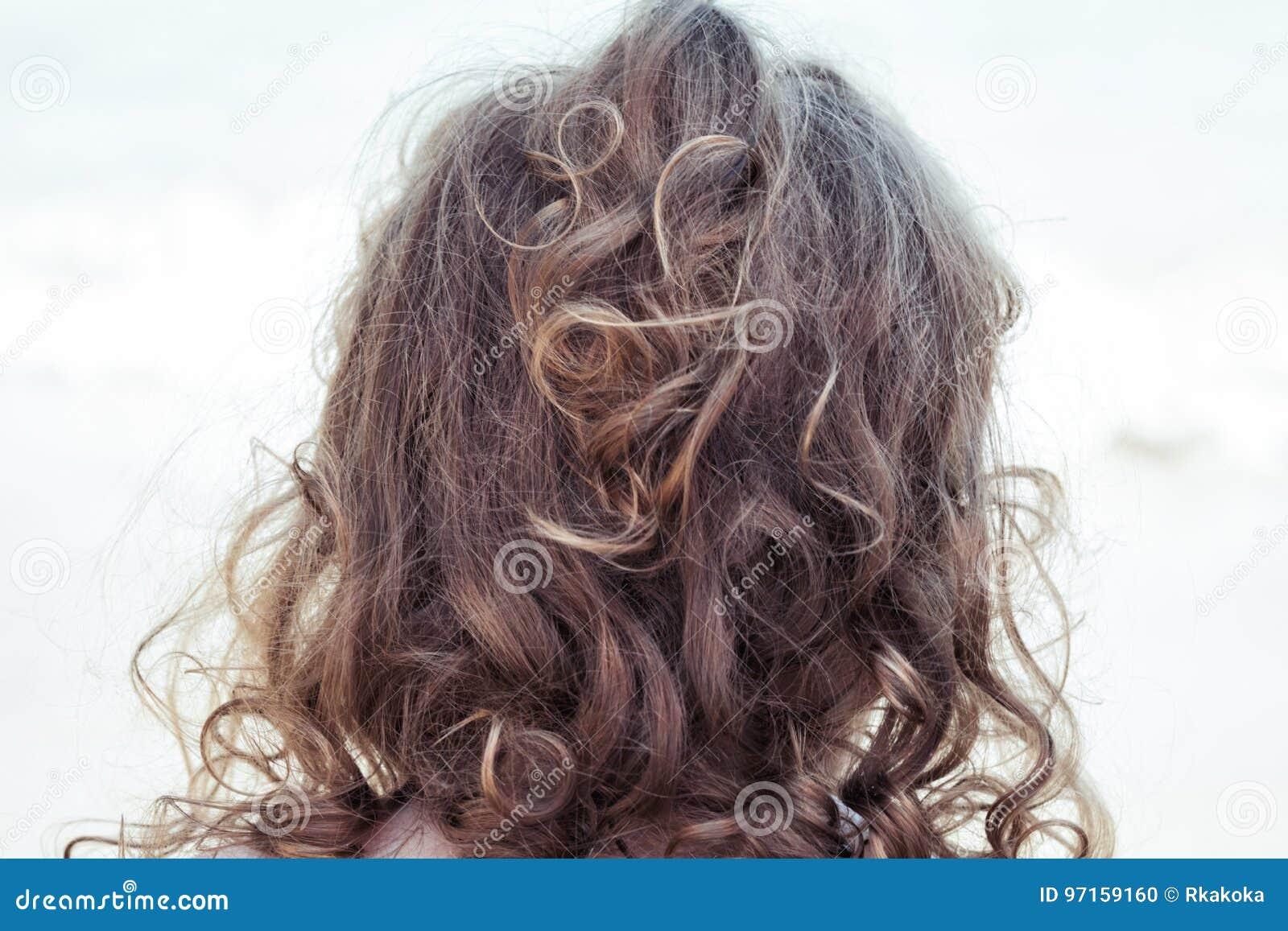 Одичалая курчавая блондинка запутала волосы взгляда малыша от задней части дети головного †«с обслуживанием и холить вьющиеся в