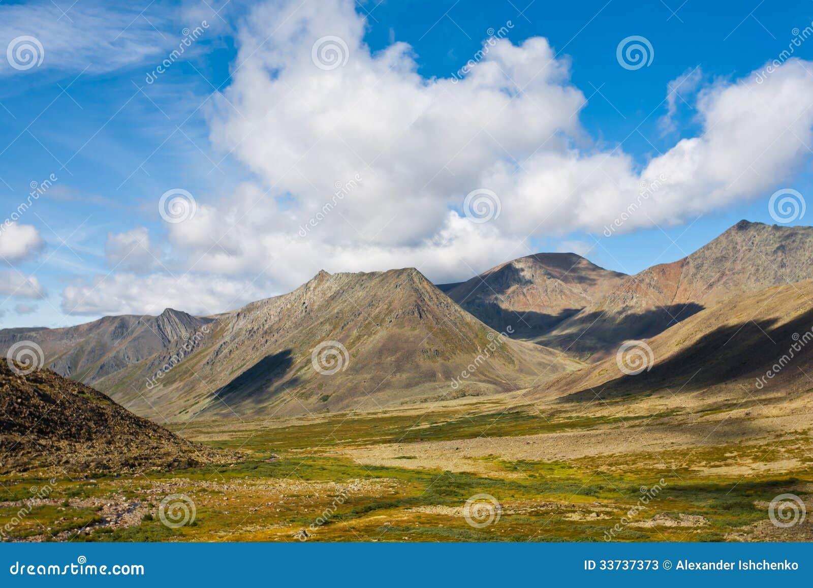 Одичалый ландшафт в горах Ural.
