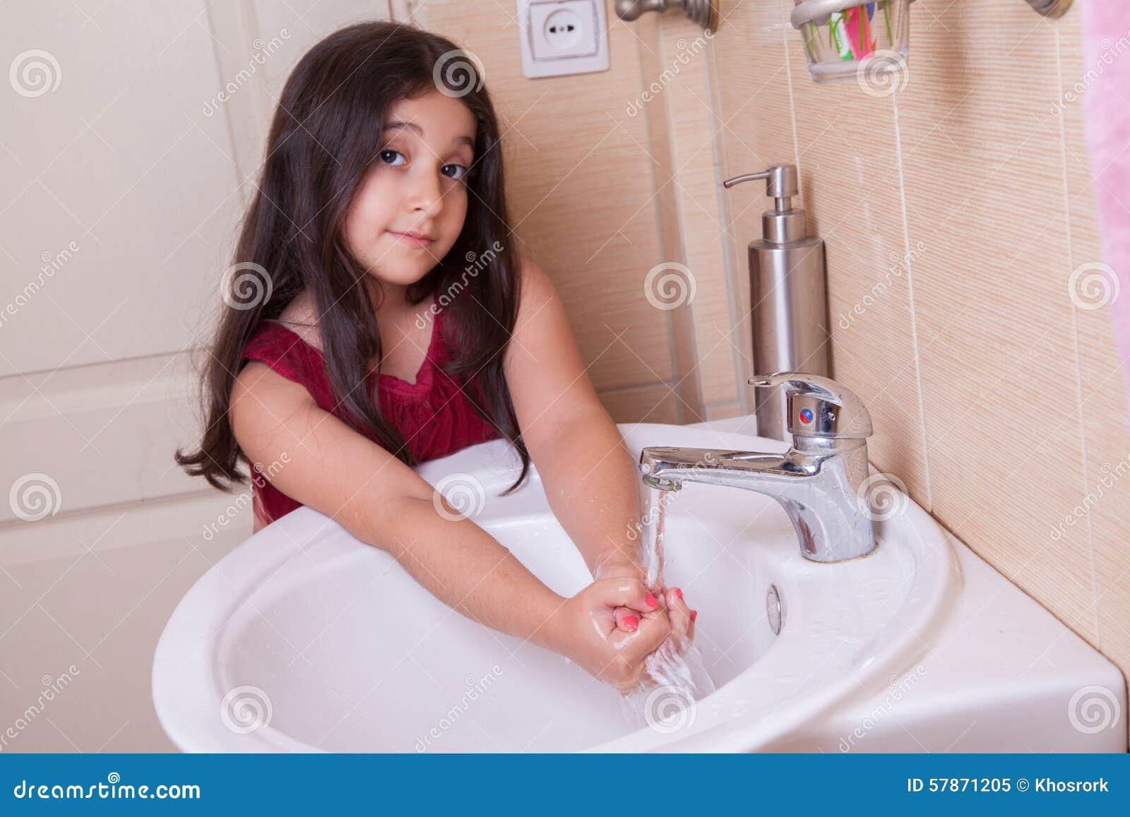 маленькая девушка в ванной одна