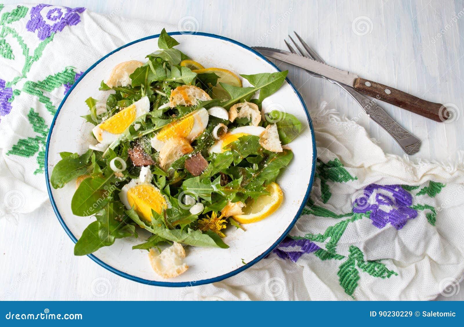 Одуванчик выходит салат еды на плиту