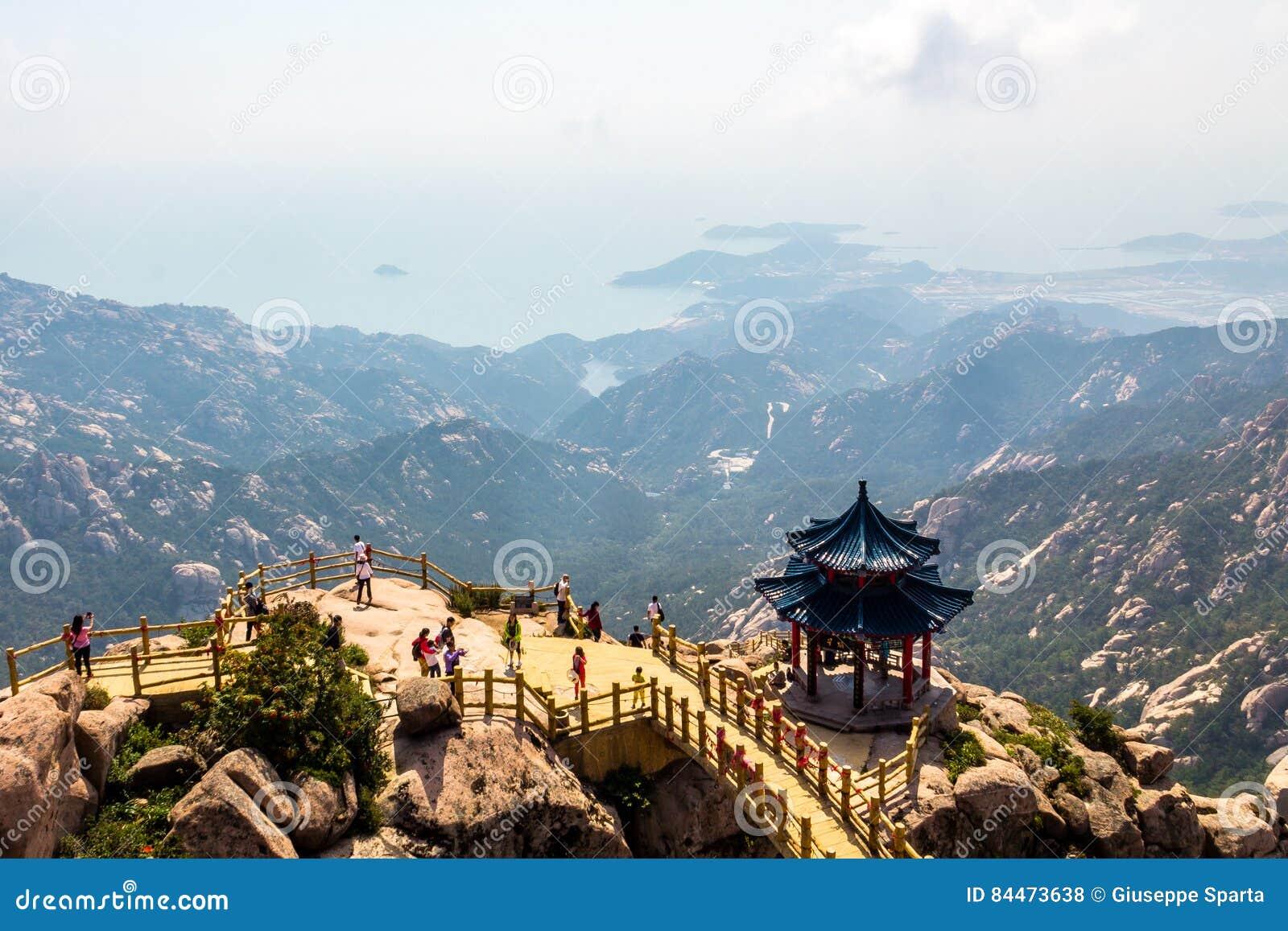 Павильон на верхней части следа Jufeng, горы Laoshan, Qingdao, Китая