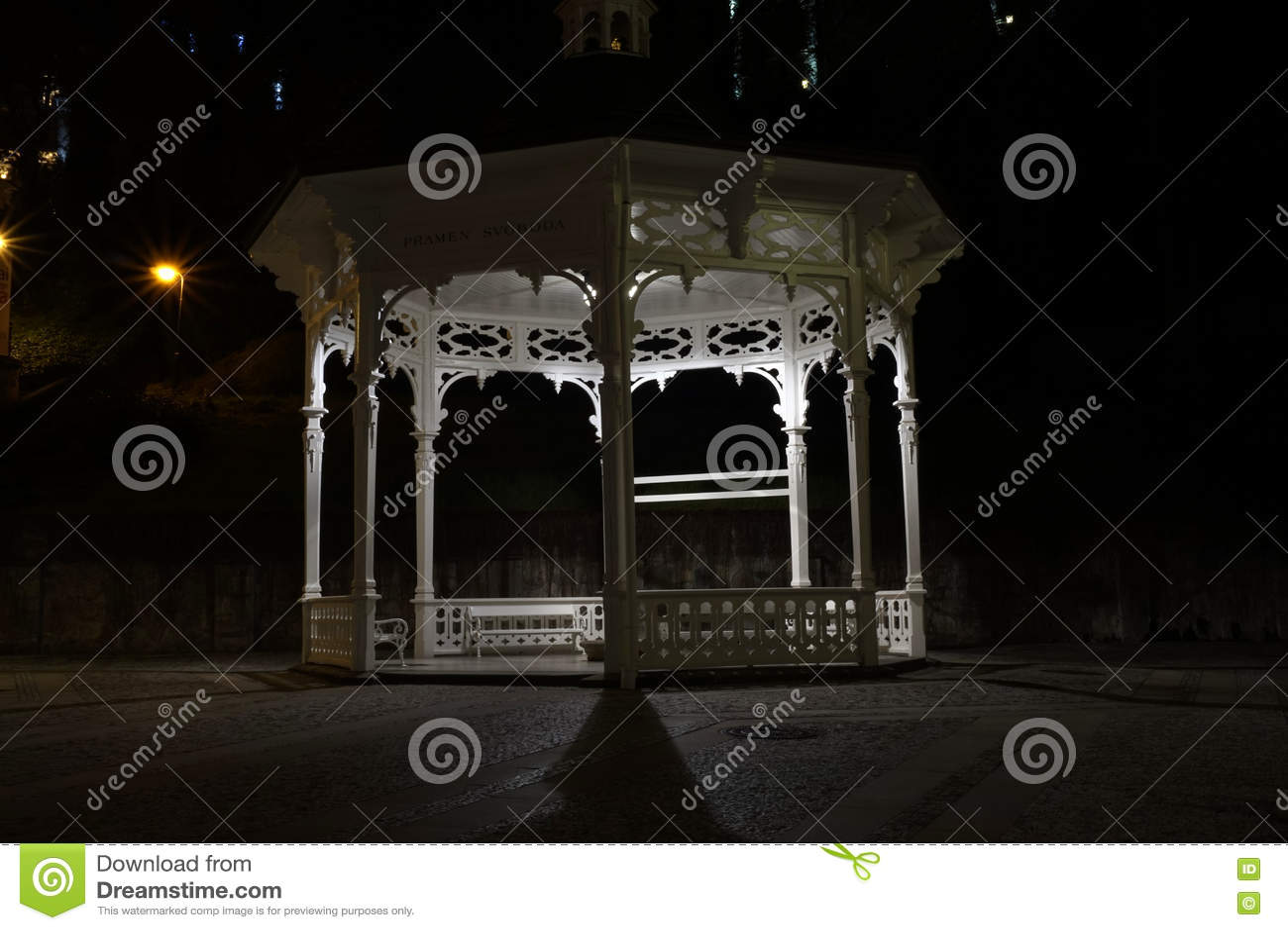 Павильон на ноче в Karlovy меняет
