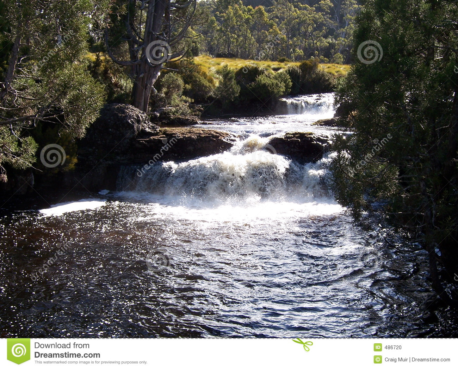 падает река