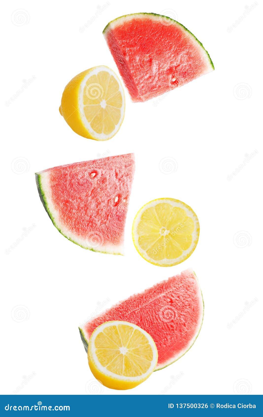 Падая свежий арбуз с лимоном изолированным на белизне
