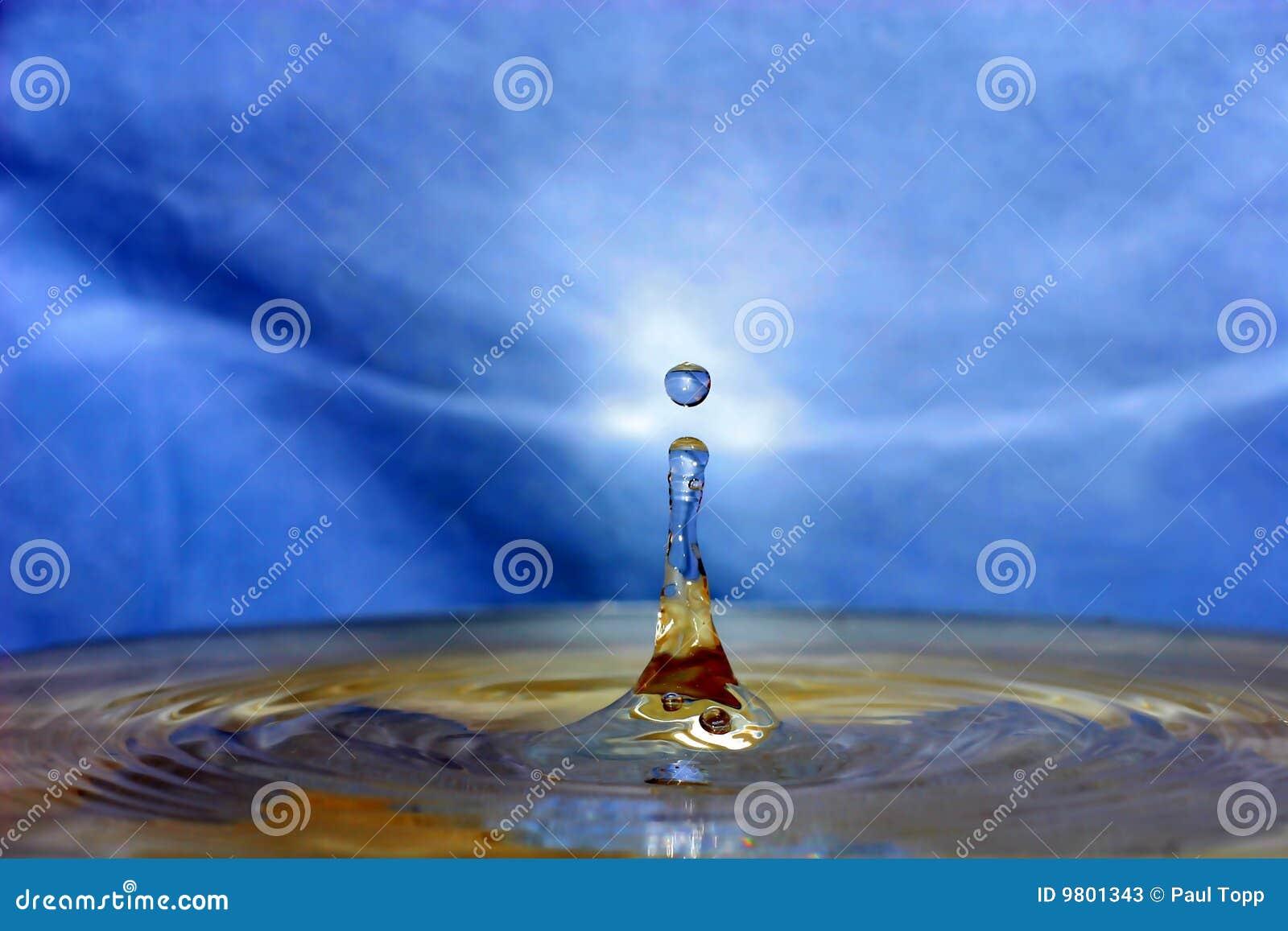 падения брызгая воду