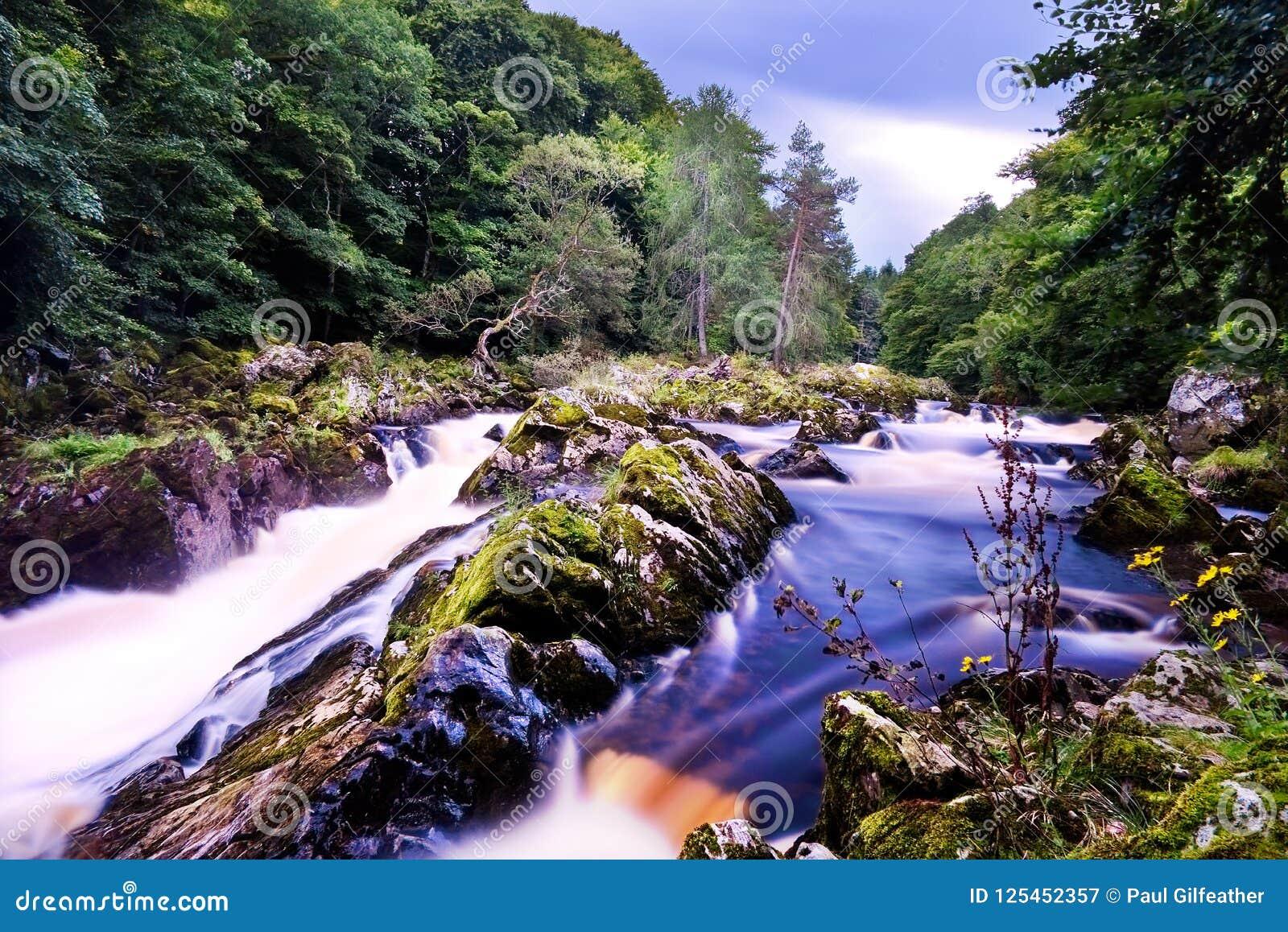 Падения водопада Feugh во время сезона бега семг
