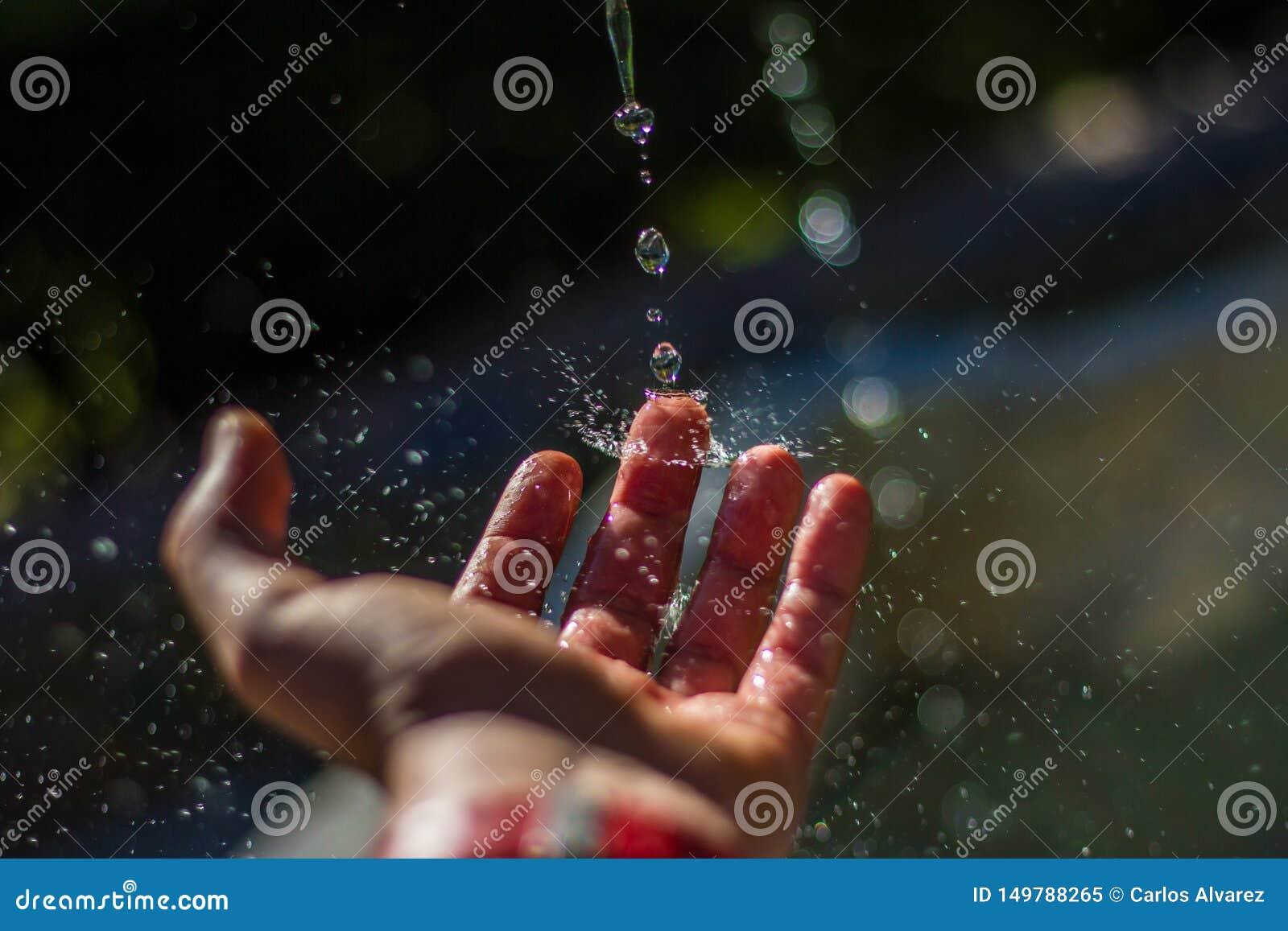 Падения воды ударяя палец
