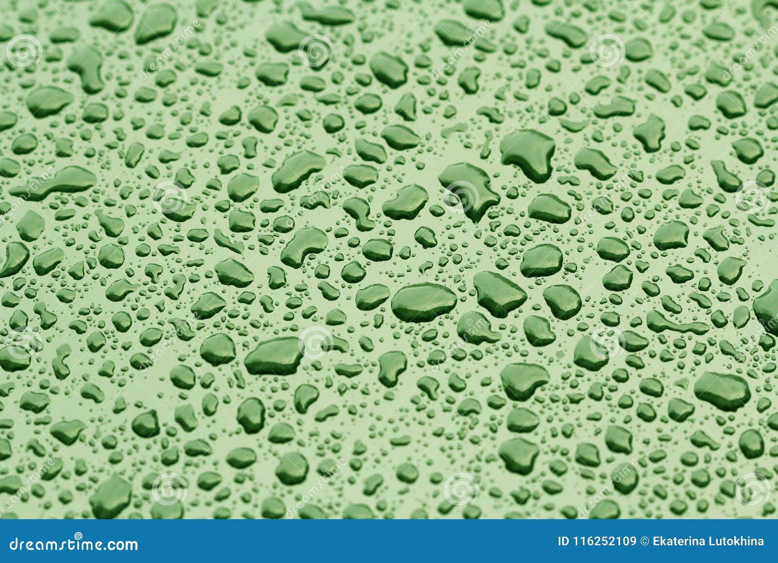 Падения падения дождя или воды на клобуке автомобиля Дождь падает o