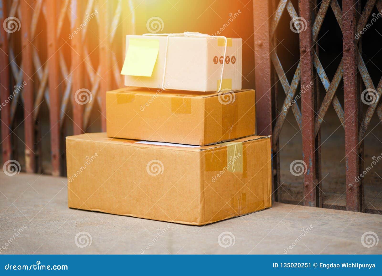 Пакеты ходить по магазинам доставки Ecommerce онлайн и заказом поставленные на поле около стали парадного входа