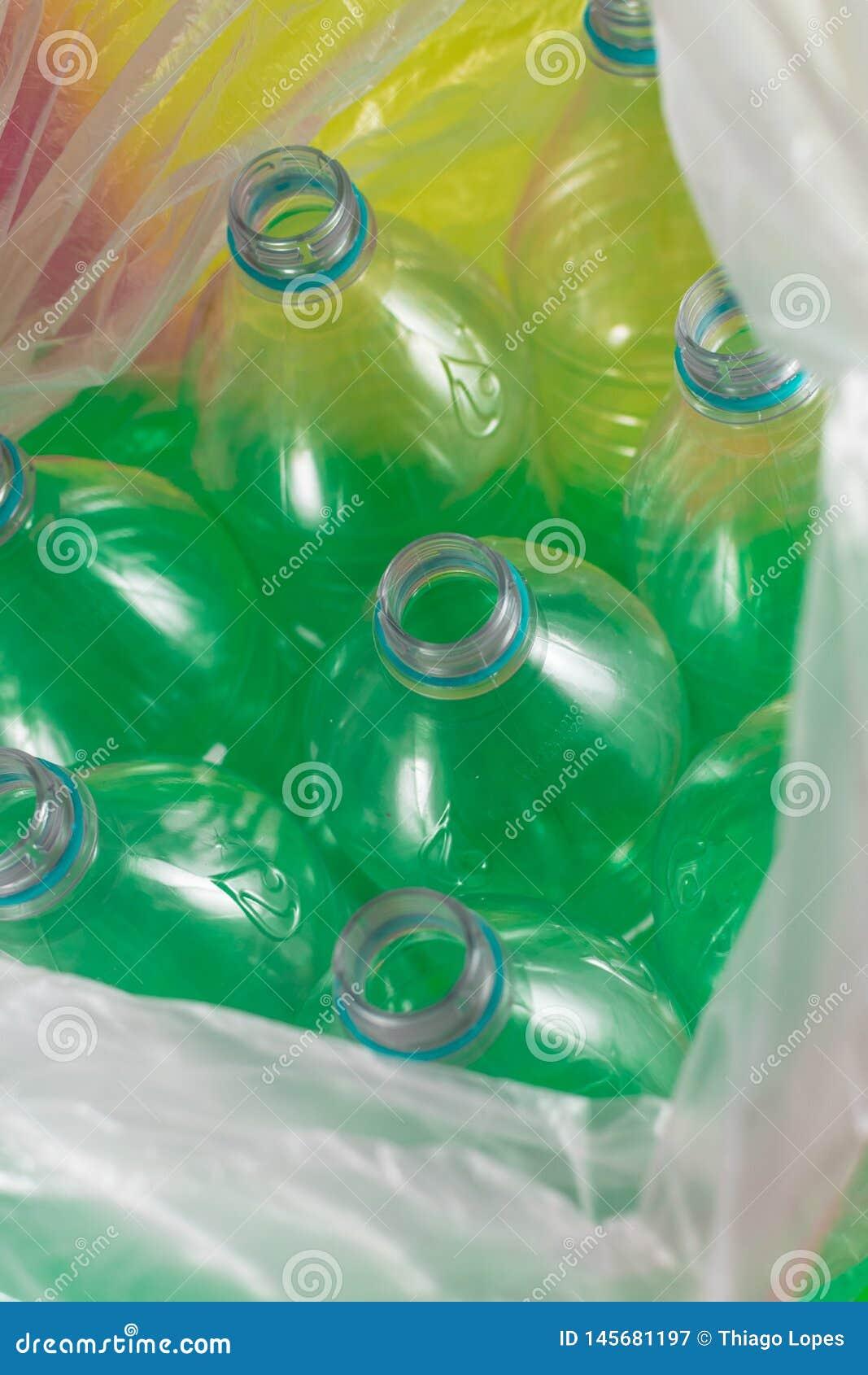 Пакет 8 пустого и recyclable пластиковых бутылок с водой, без крышек, голубое уплотнение, внутри покрашенного полиэтиленового пак