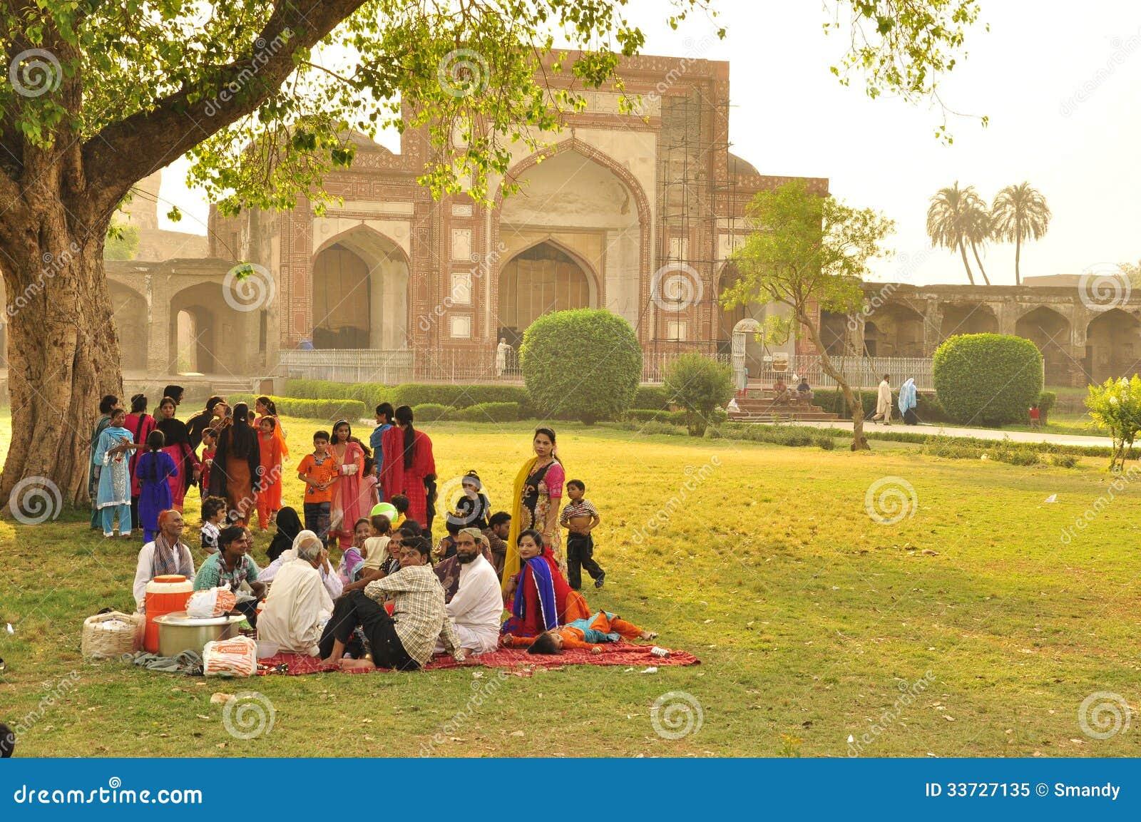 Пакистанская семья имея большой пикник