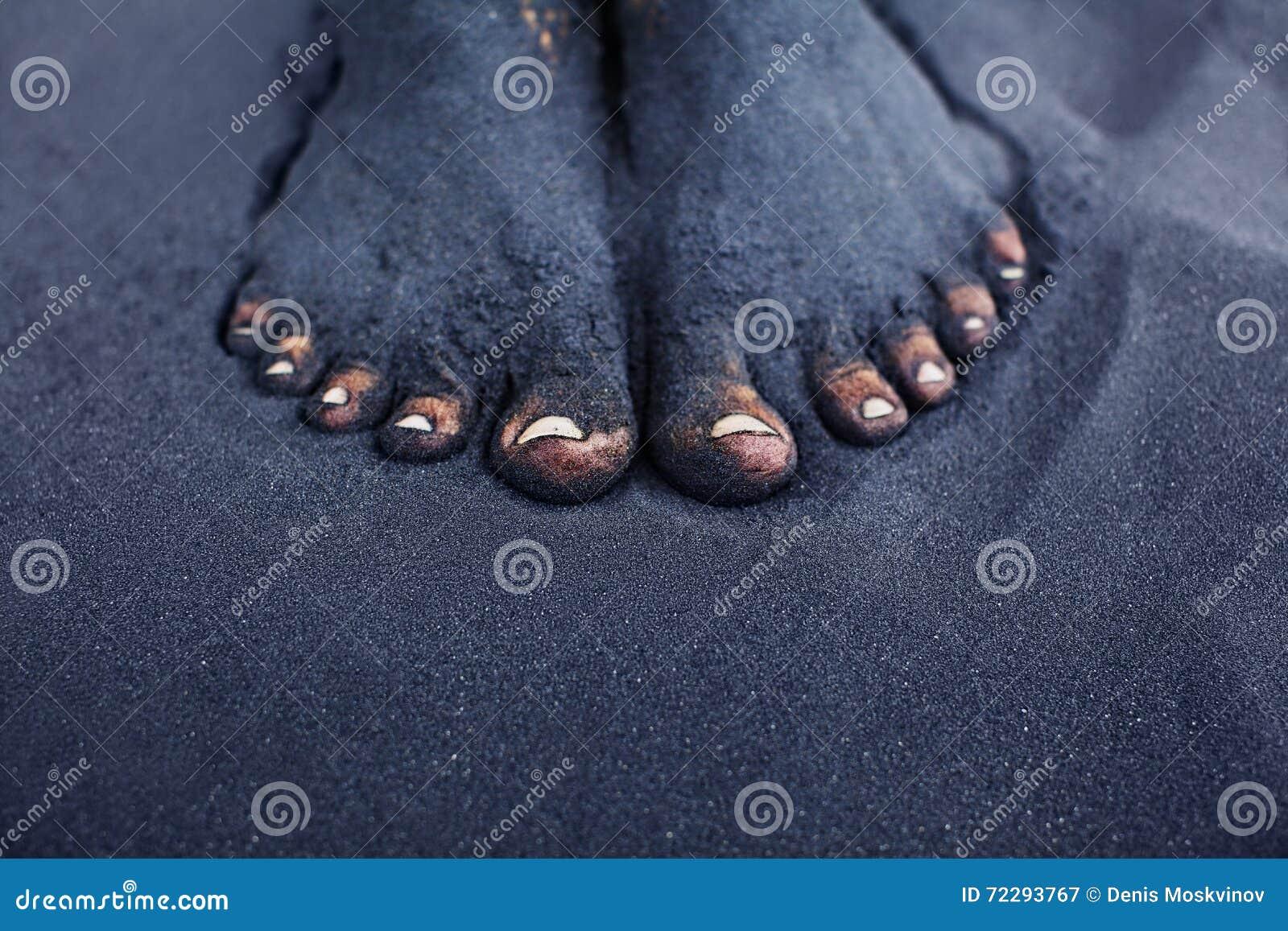 Download Пакостные босые ноги женщины в отработанной формовочной смеси Стоковое Изображение - изображение насчитывающей оголенные, ребенок: 72293767