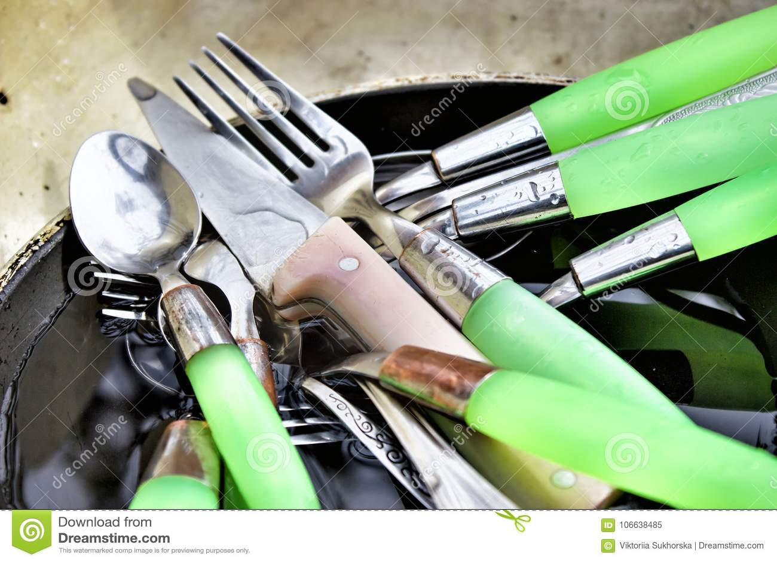 Пакостные ложки, вилки и ножи в старом лотке в раковине af