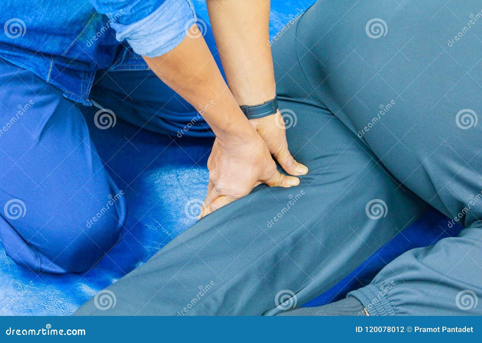 Палец массажа образования студента тренируя пресса на медицине традиционного массажа ноги тайской