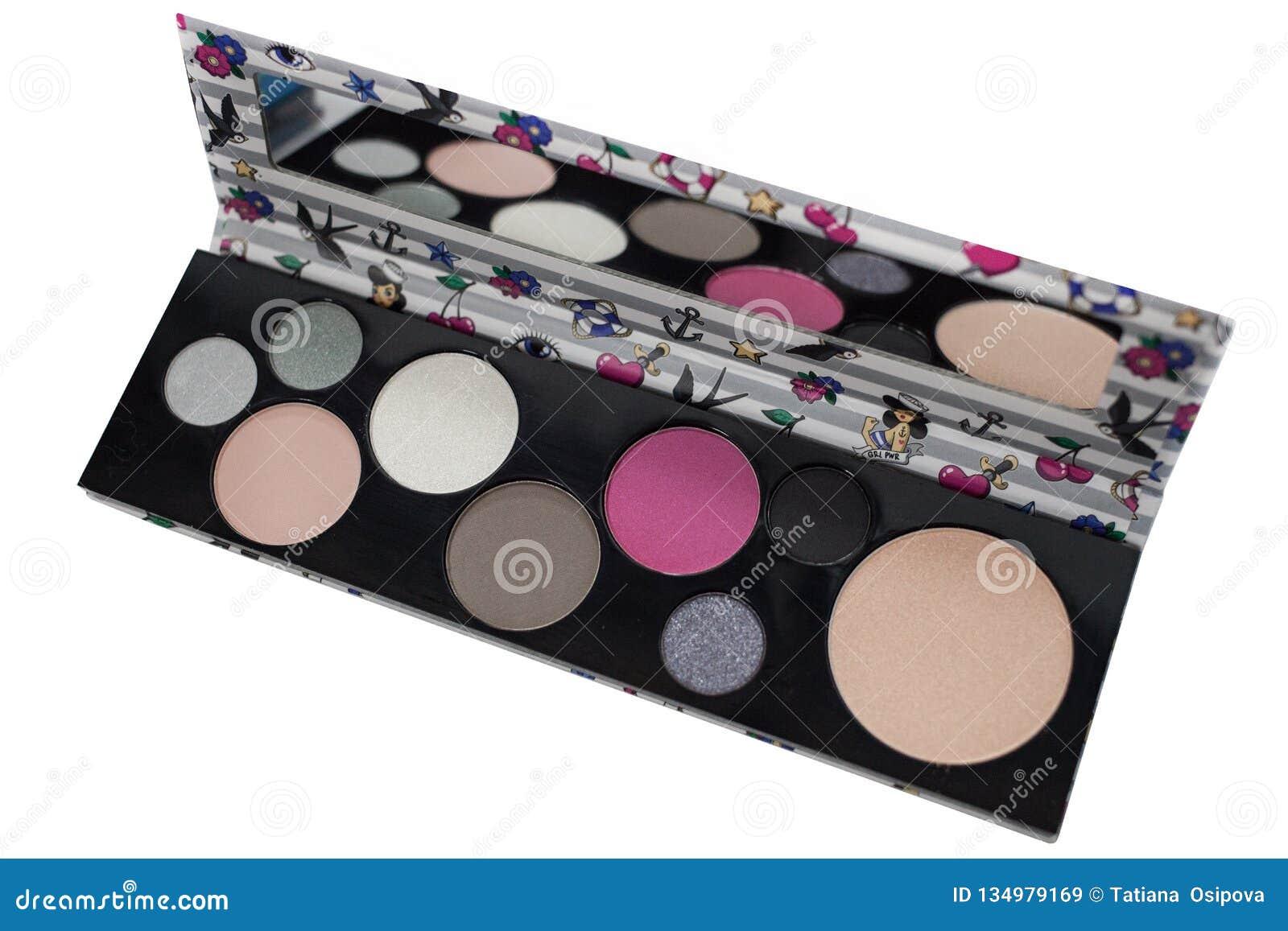 Палитра multicolor косметики составляет с зеркалом, палитрой тени глаза, красочной текстурой теней, изолированной на белизне