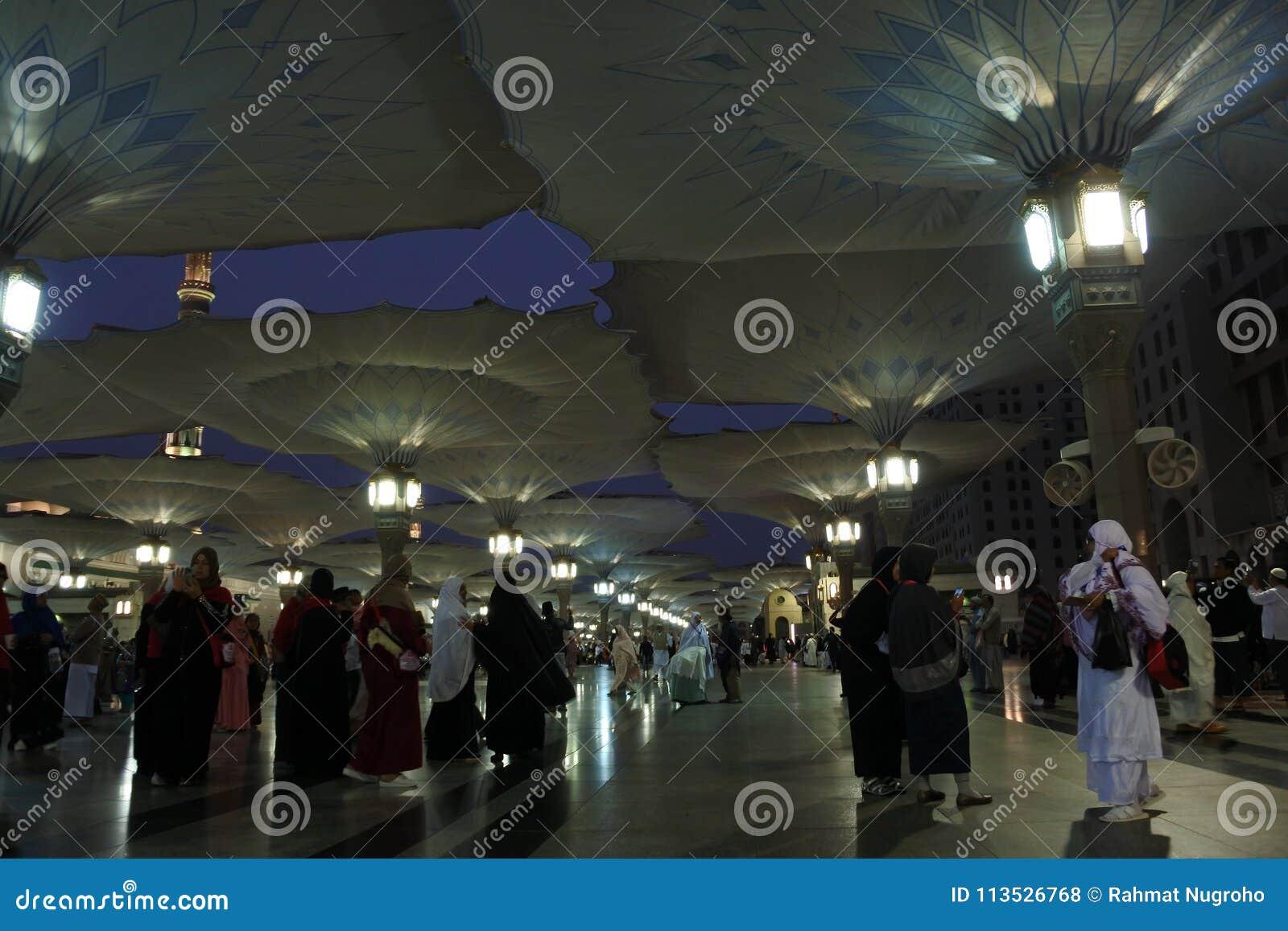 паломники собрали мечеть nabawi