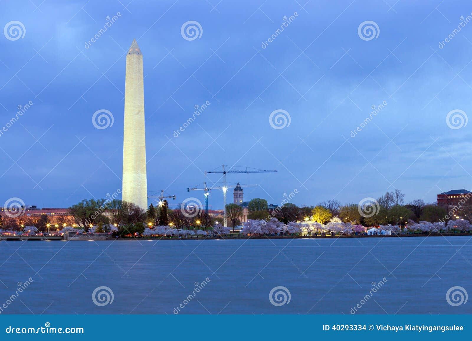 Памятник Вашингтона на DC сумрака