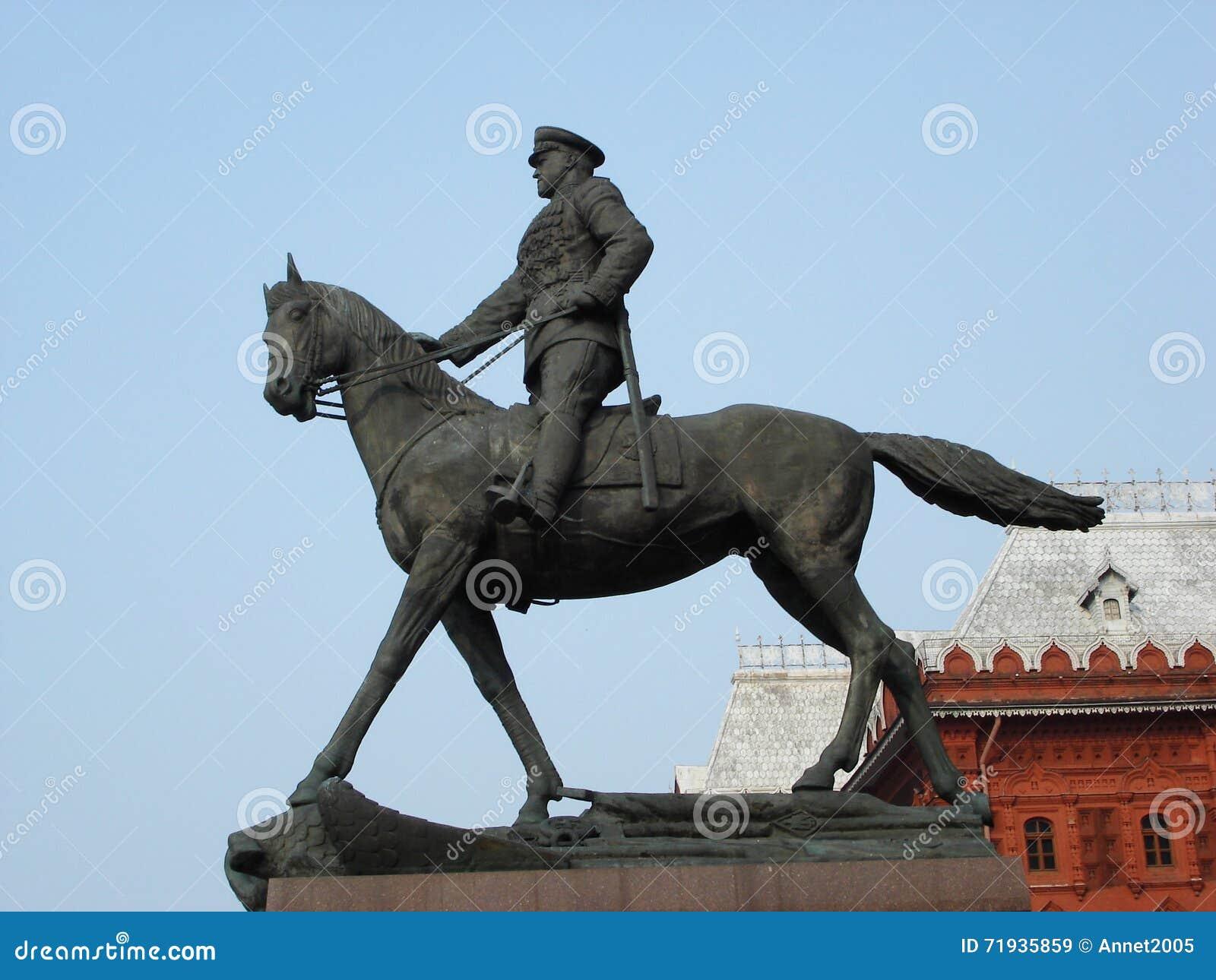 памятник к маршалу Zhukov на красной площади