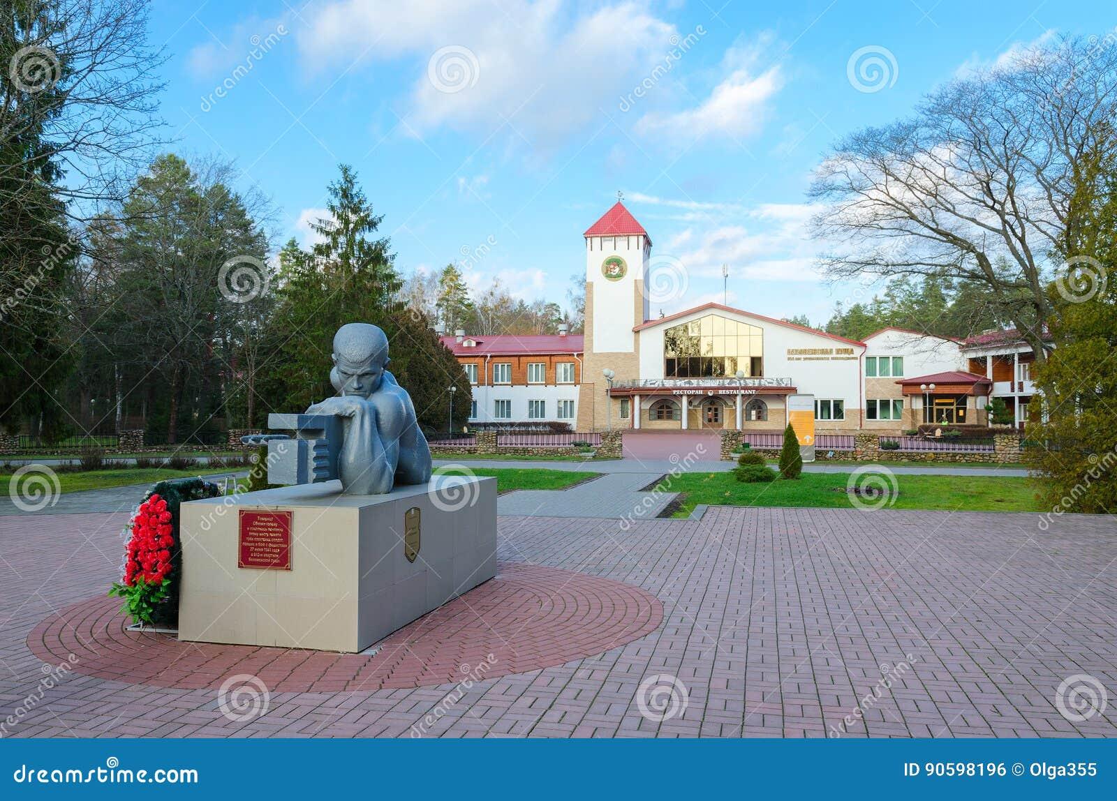 Памятник к мертвым солдат-пулемётчикам перед лесом Bialowieza ресторана, районом Kamenets, областью Бреста, Беларусью