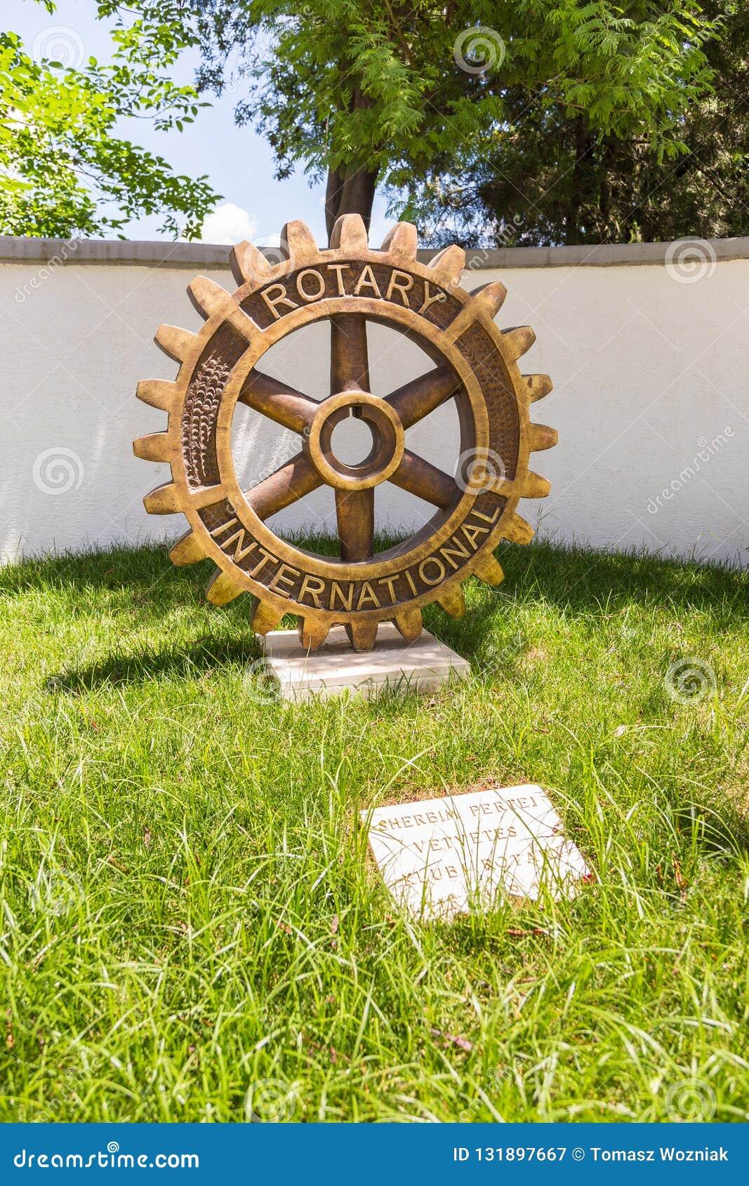 Памятник роторного клуба в центре Тирана, Албании
