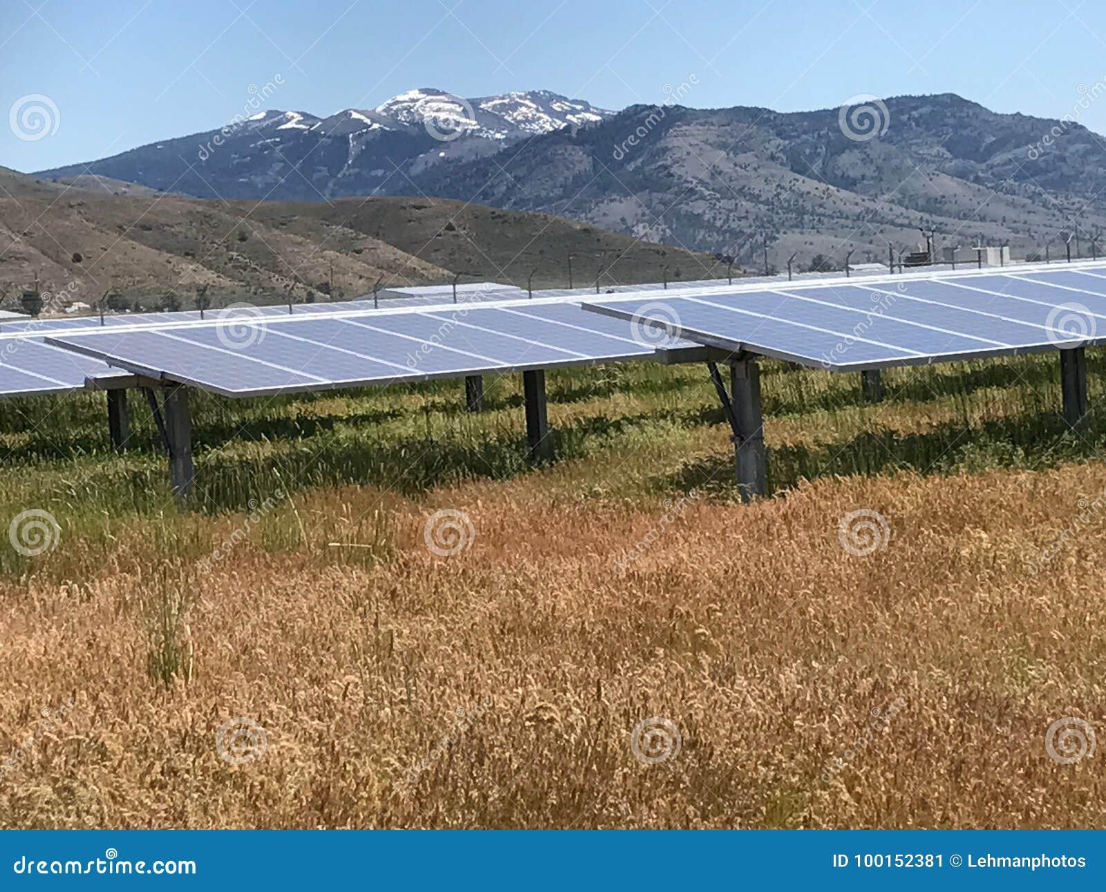 Панели солнечных батарей и горы