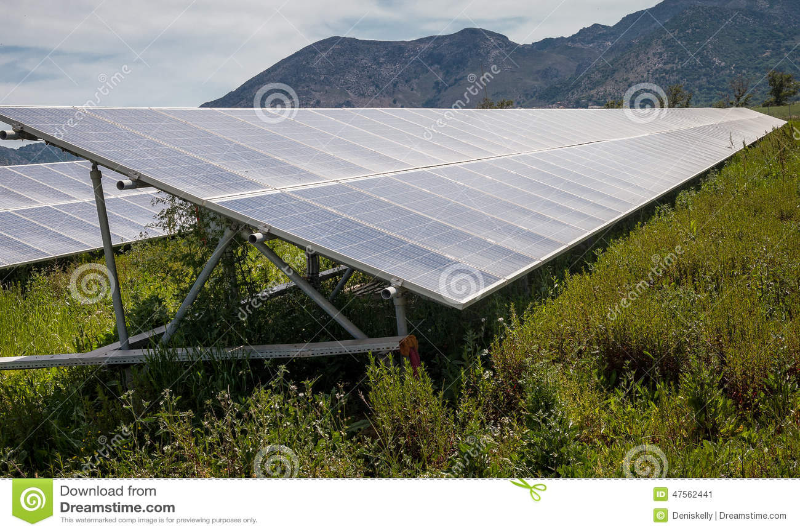 Панели солнечных батарей на обрабатываемой земле