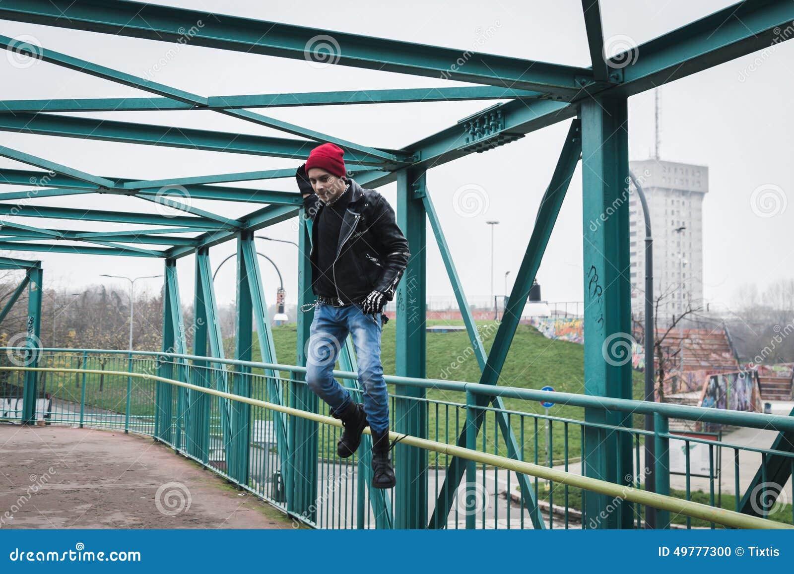 Панковский парень скача на мост