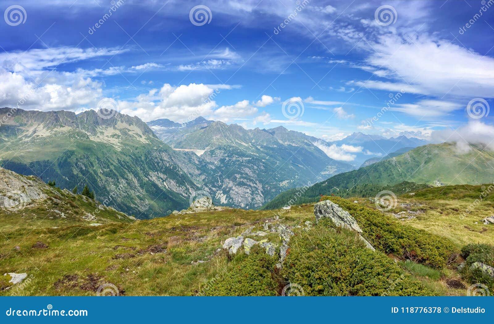 Панорама Альпов в лете Взгляд на запруде Emosson в Швейцарии во время похода Монблана du путешествия