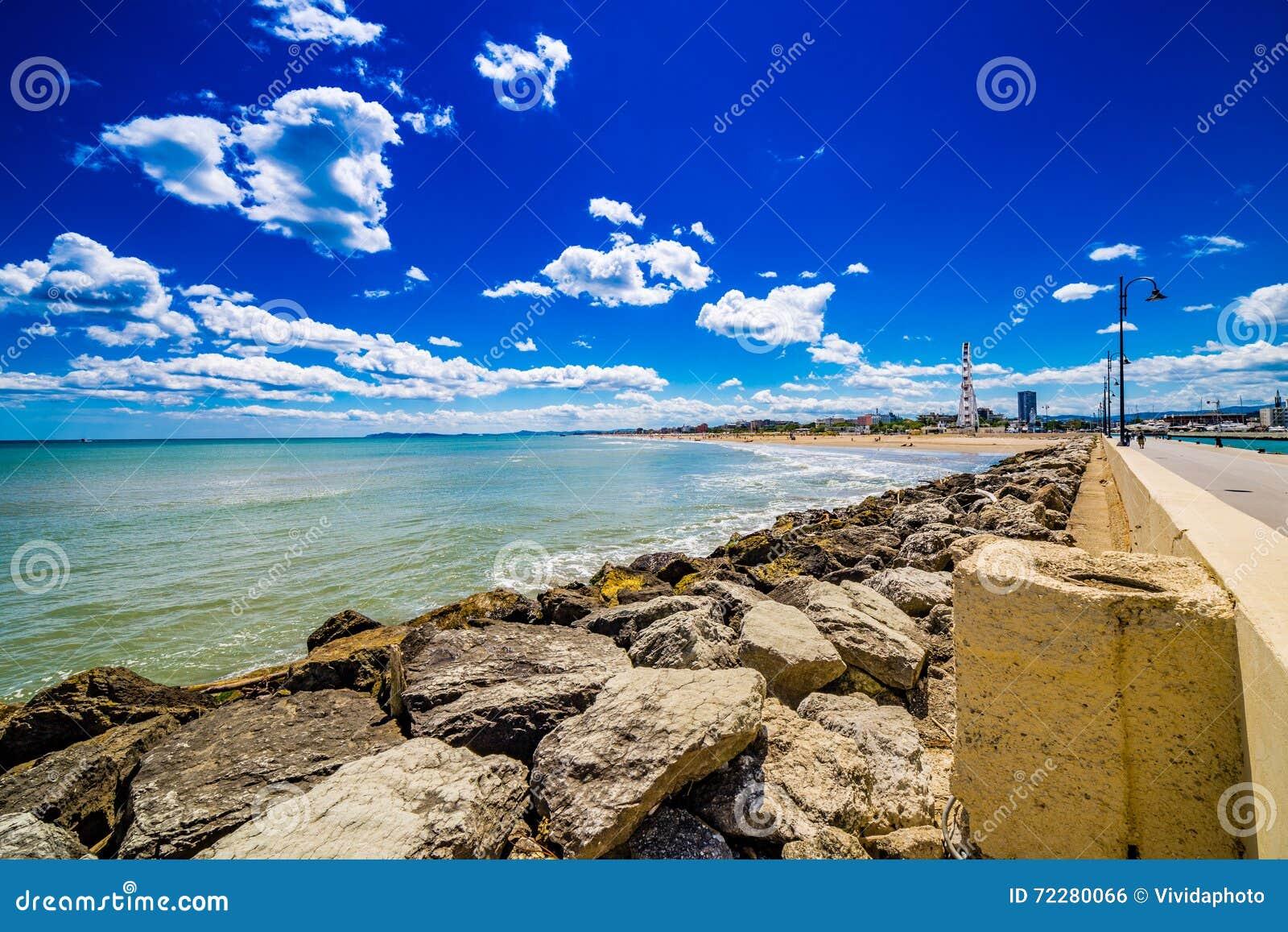Download Панорама адриатического Ривьеры в Romagna Стоковое Фото - изображение насчитывающей beachcombers, море: 72280066