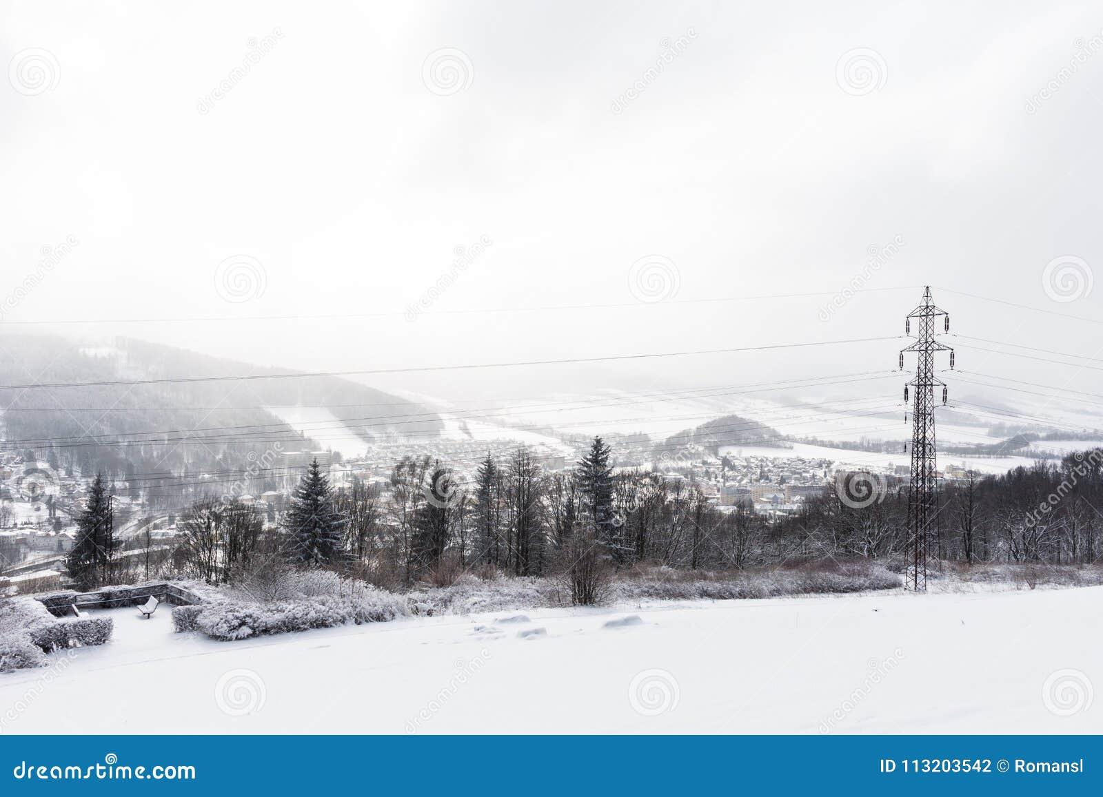 Панорама высоких горных пиков Высокогорные горы в зиме Панорамный взгляд гор Snowy