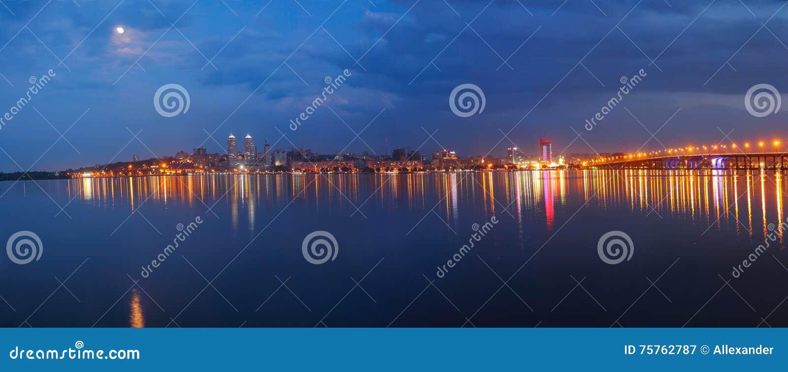 Панорама города на ноче