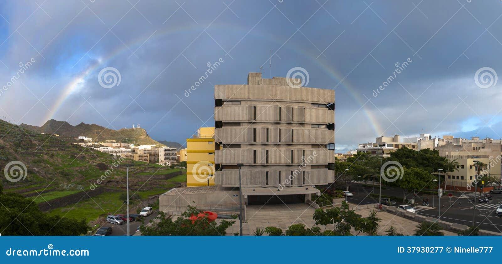 Панорама города с радугой