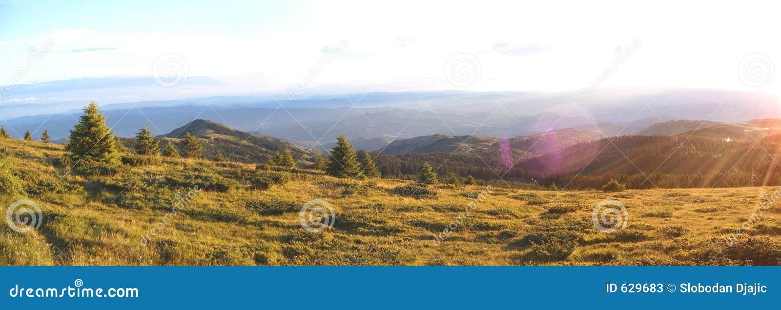 Download панорама горы стоковое изображение. изображение насчитывающей курорт - 629683