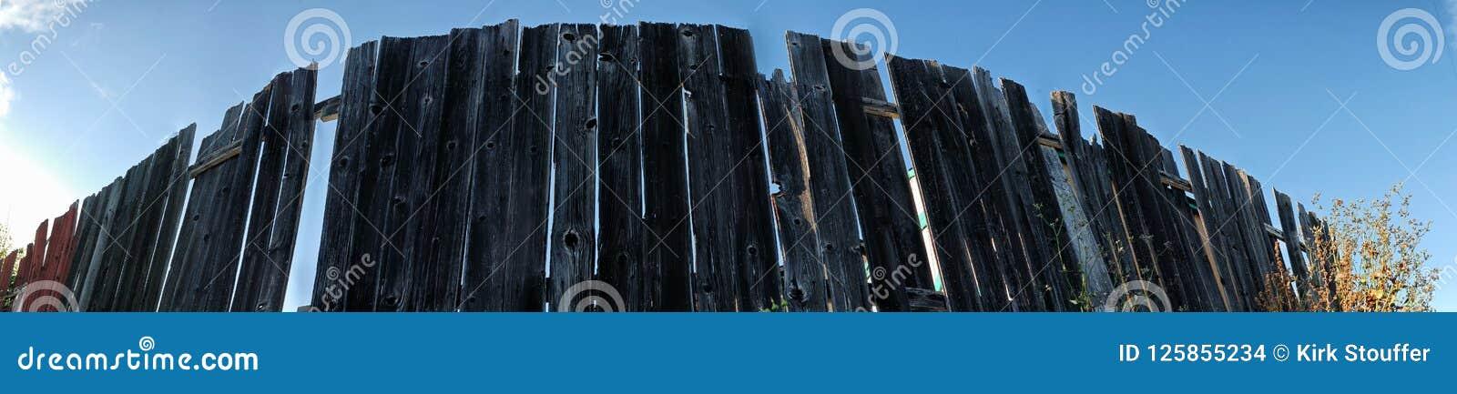 Панорама деревянной загородки бежать в безграничность